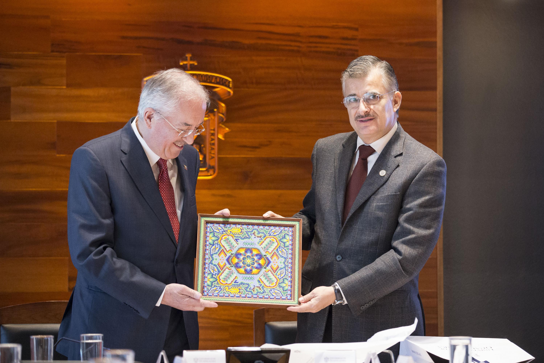 Rector General de la Universidad de Guadalajara, entregándole un presente al Vicepresidente de la Fundación José Ortega y Gasset-Gregorio Marañón.