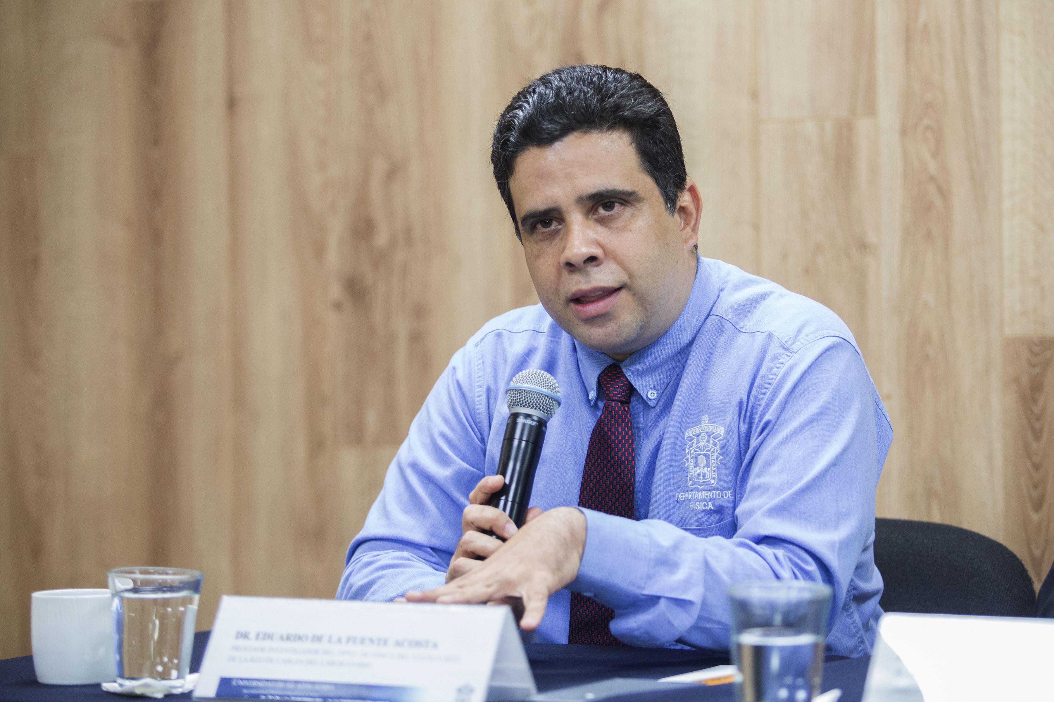 Doctor Eduardo de la Fuente Acosta, profesor investigador del Departamento de Física del CUCEI, haciendo uso de la palabra.