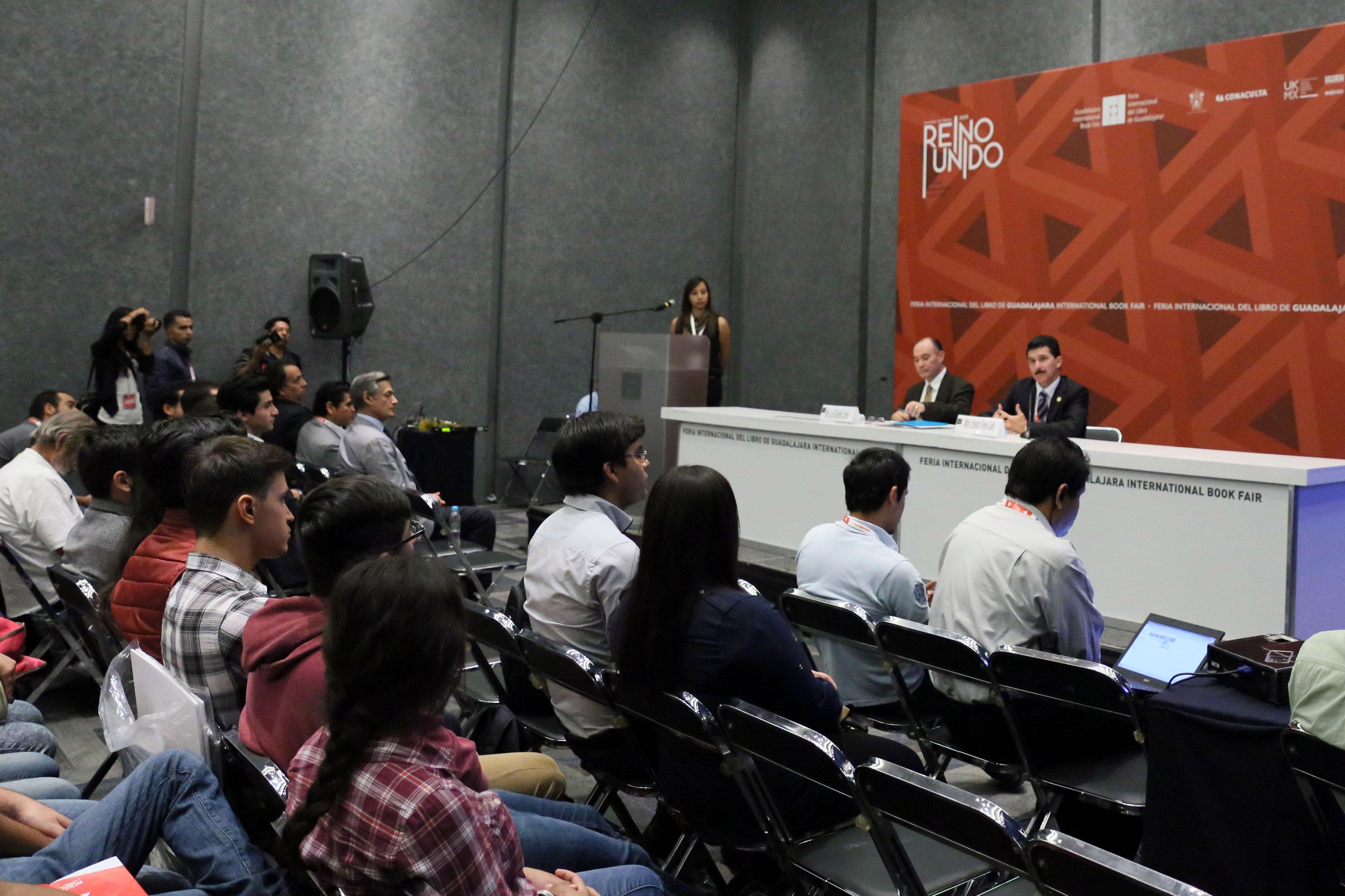 Panoramica de los panelistas participantes en la premiación de jóvenes arquitectos en ArpaFIL 2015.