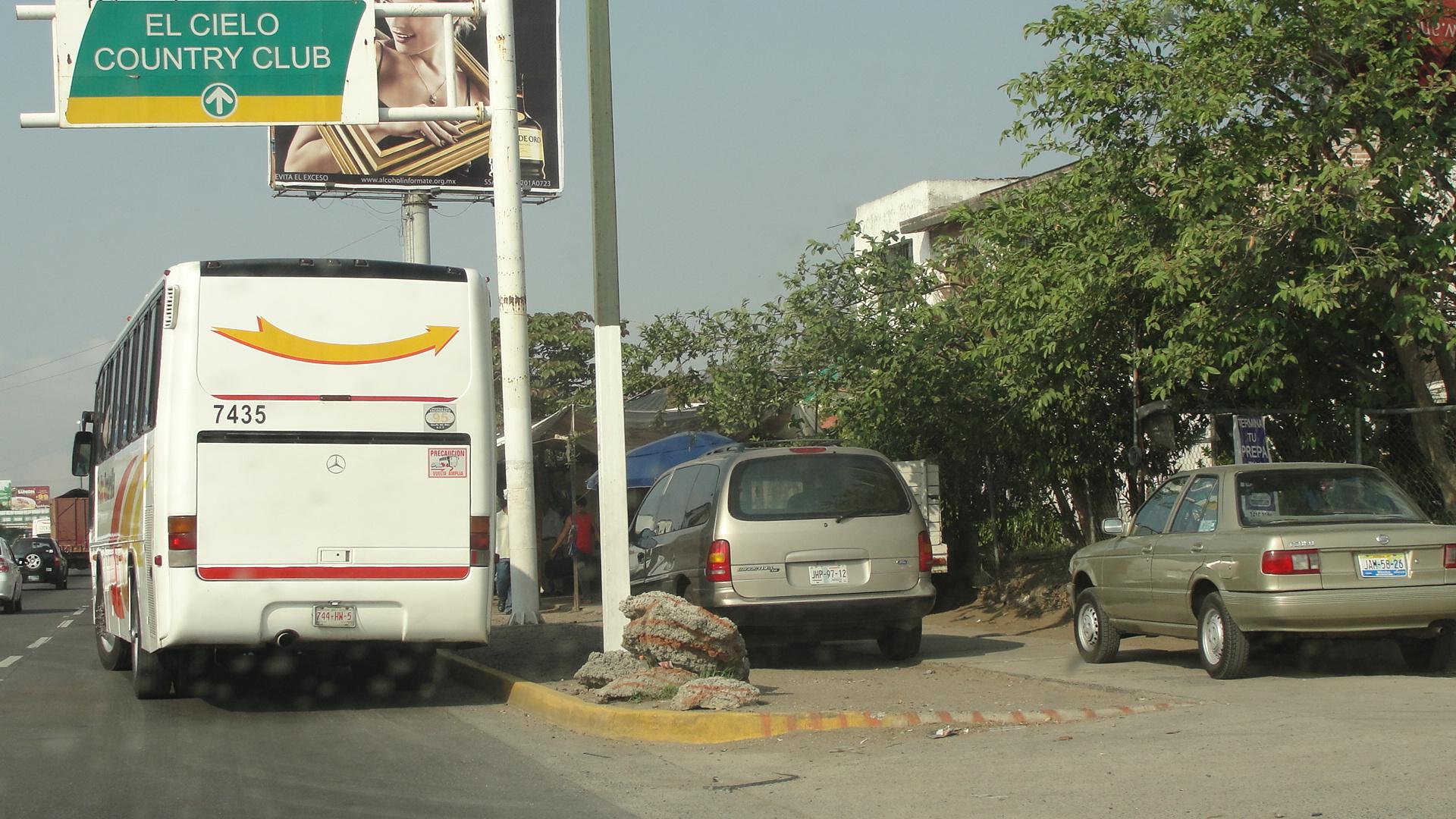 Avenida con señalización vial