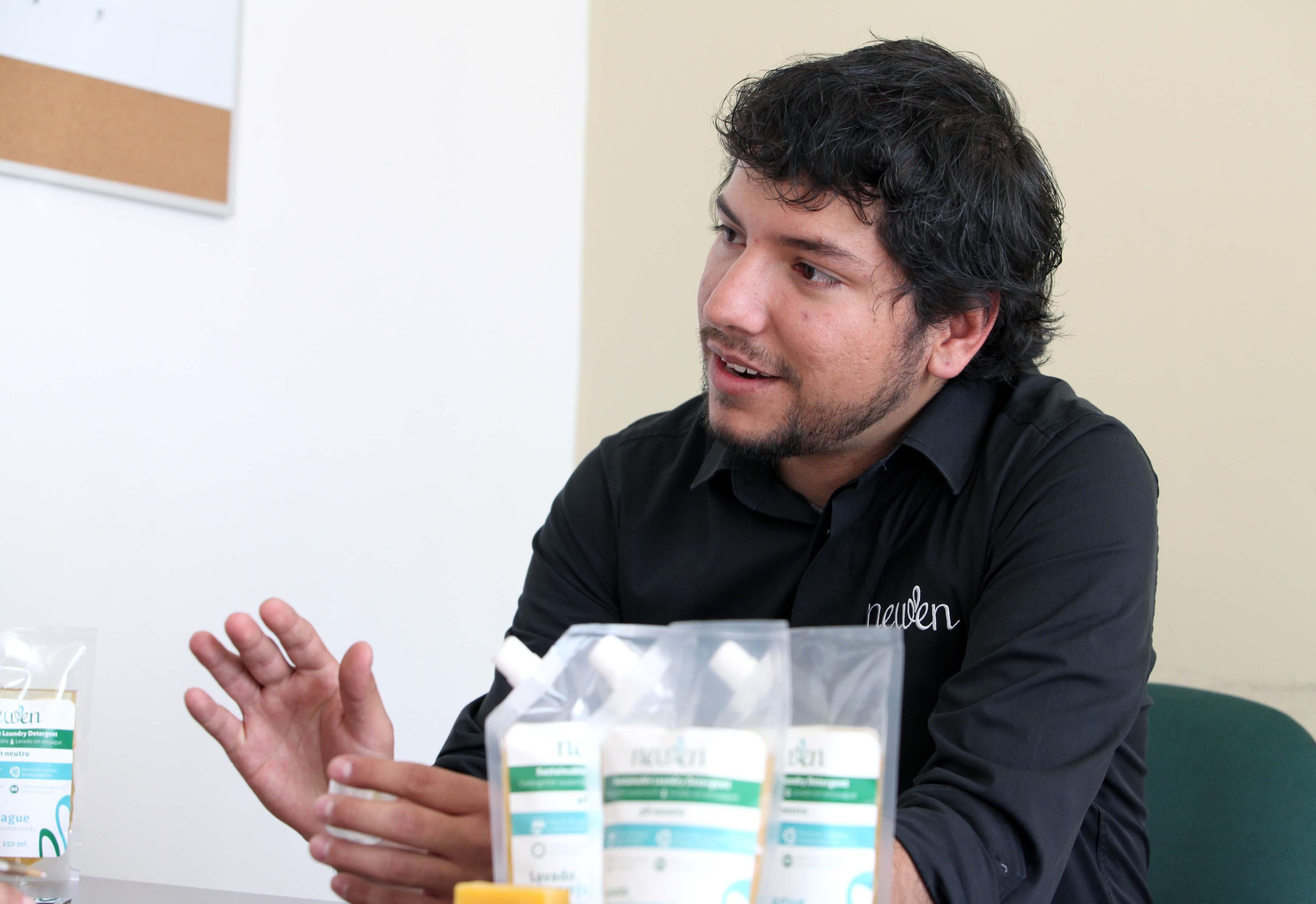 Ganador del premio emprendedor de México mostrando su producto Newen