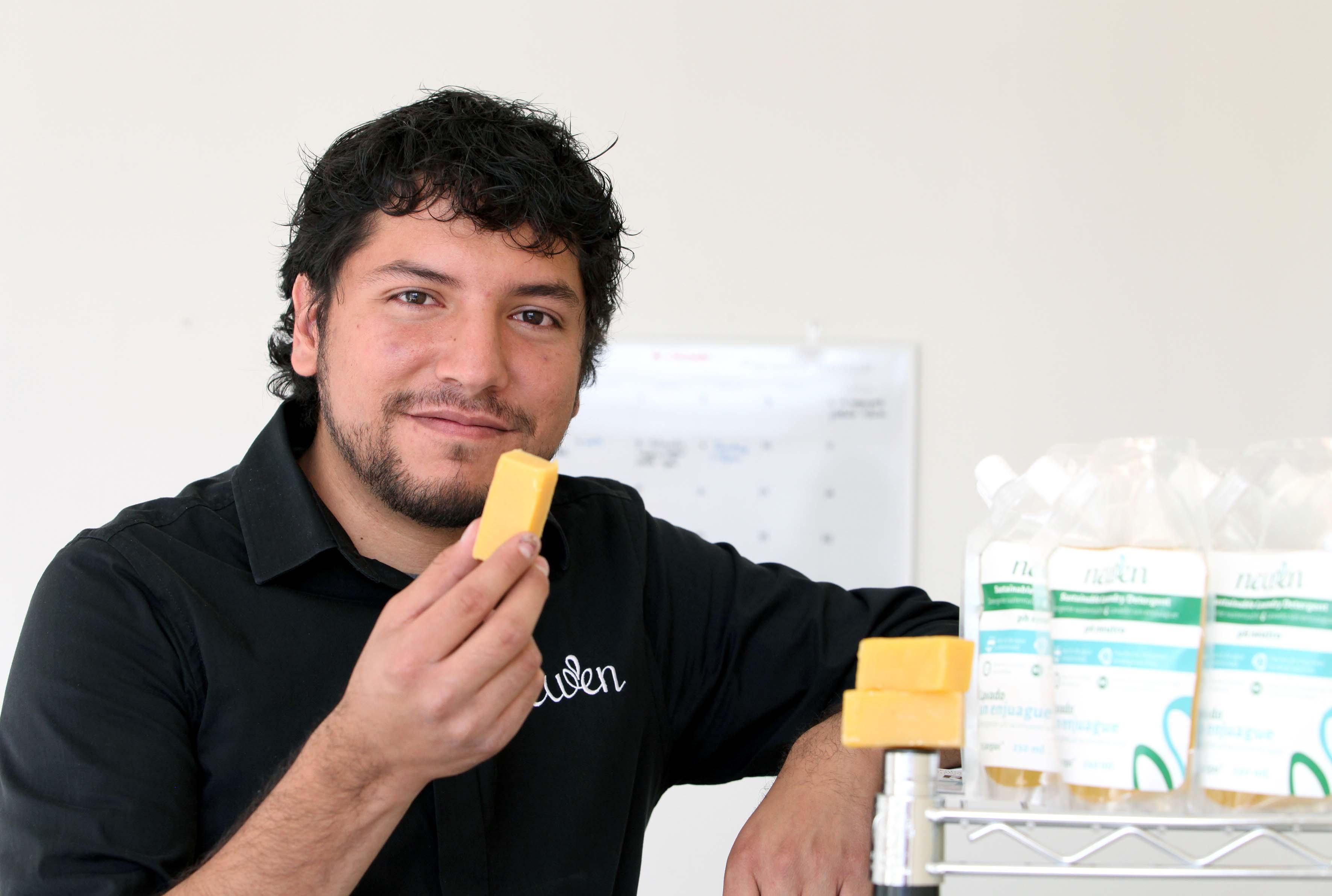 Ganador del premio emprendedor de México sosteniendo una barra de Newen