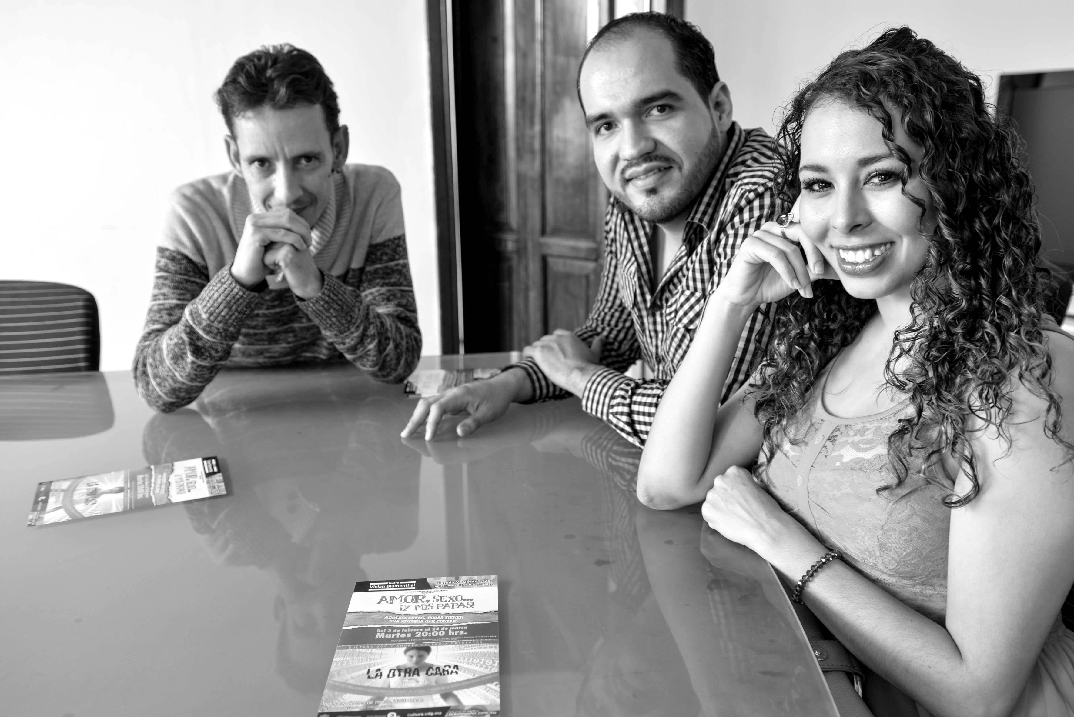 """Director, productor y actriz de la obra """"Amor, sexo y mis papás"""" en blanco y negro"""