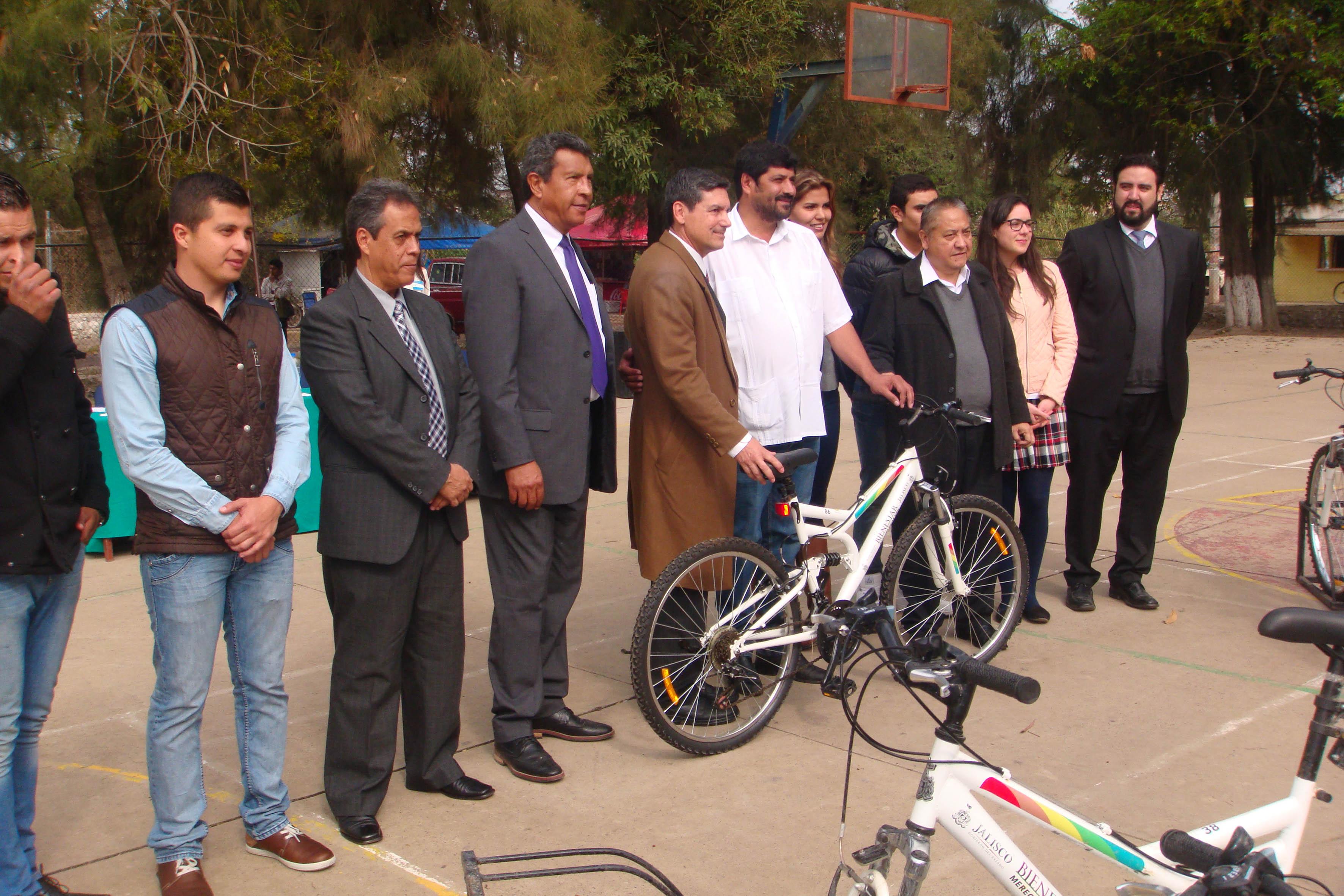 Gente del centro universitario de los valles entregando bicicletas nuevas