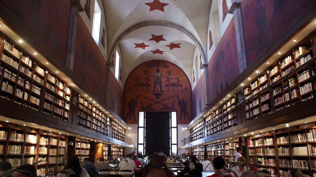 Vista de la cúpula de la biblioteca iberoamericana, es blanca con cuatro estrellas rojas al centro