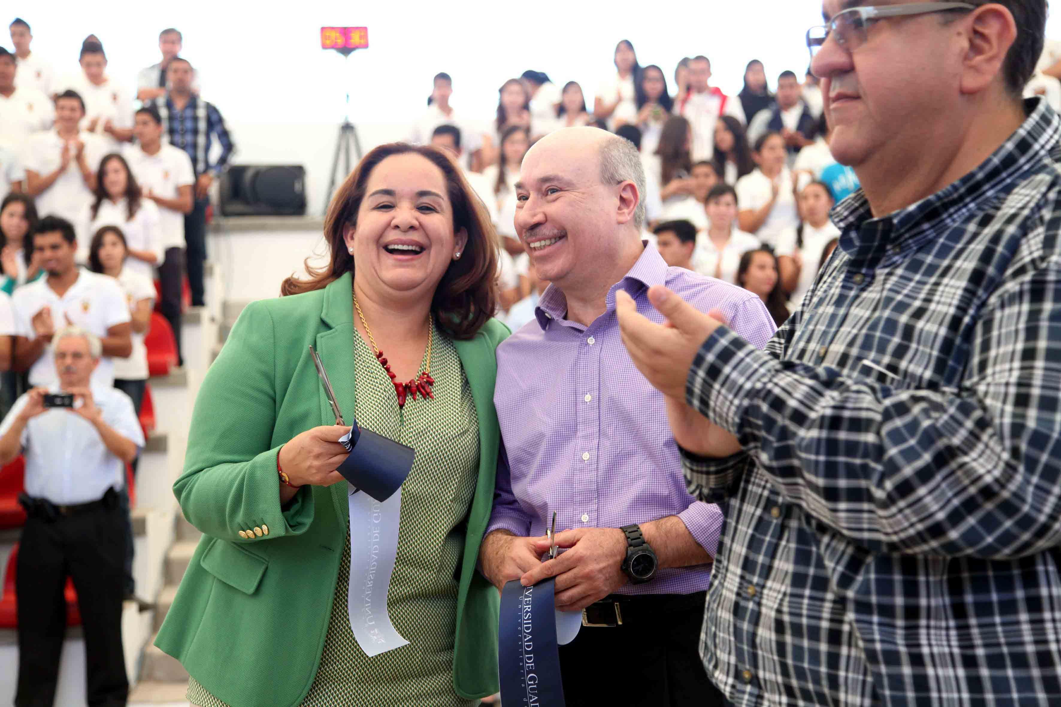 La profesora Juana Ceballos Guzmán y el maestro José Alfredo Peña Ramos, Secretario General de la UdeG
