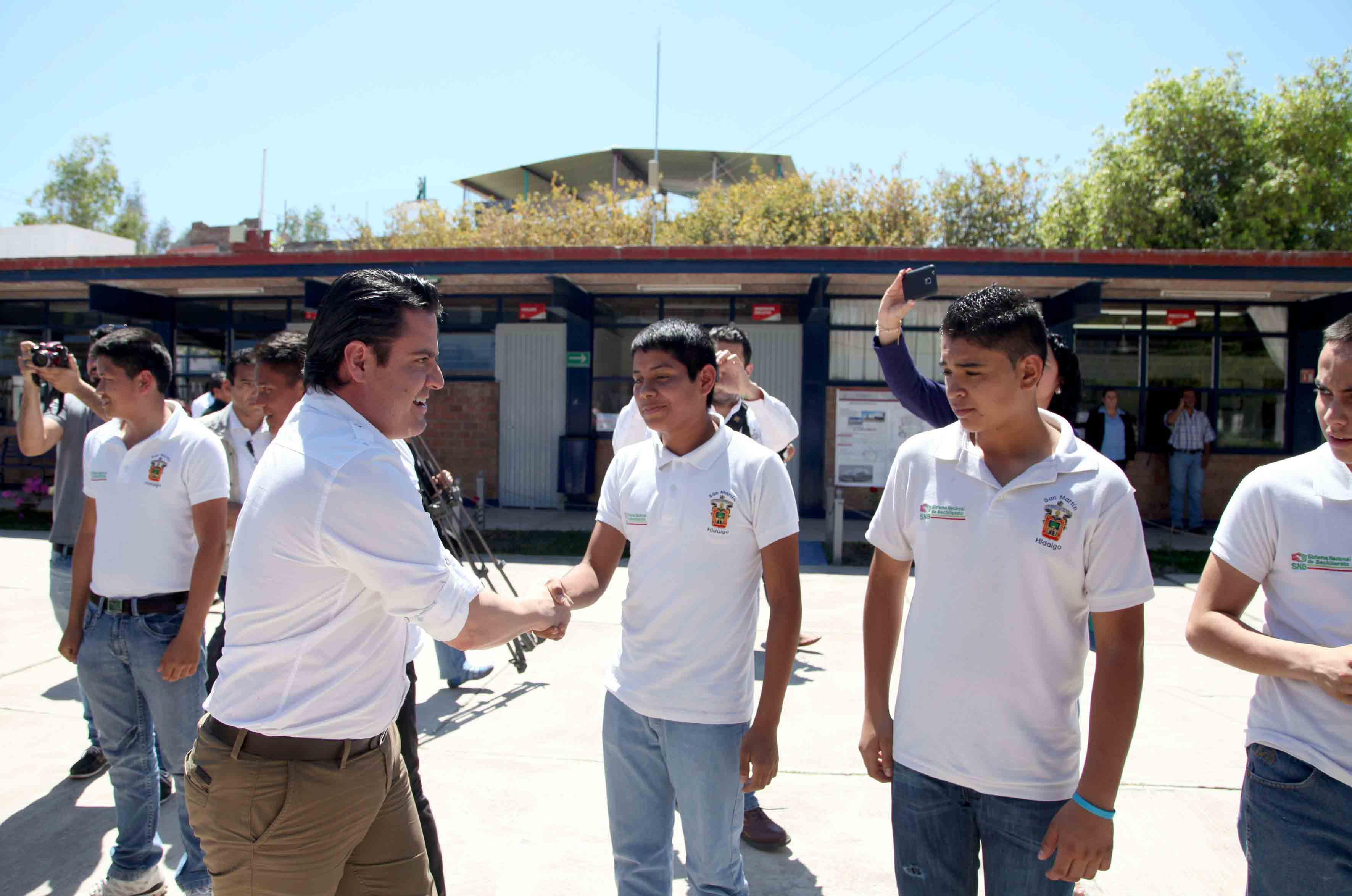 El maestro Jorge Aristóteles Sandoval Díaz, gobernador de Jalisco con los alumnos de la Escuela Preparatoria Regional de San Martín Hidalgo.