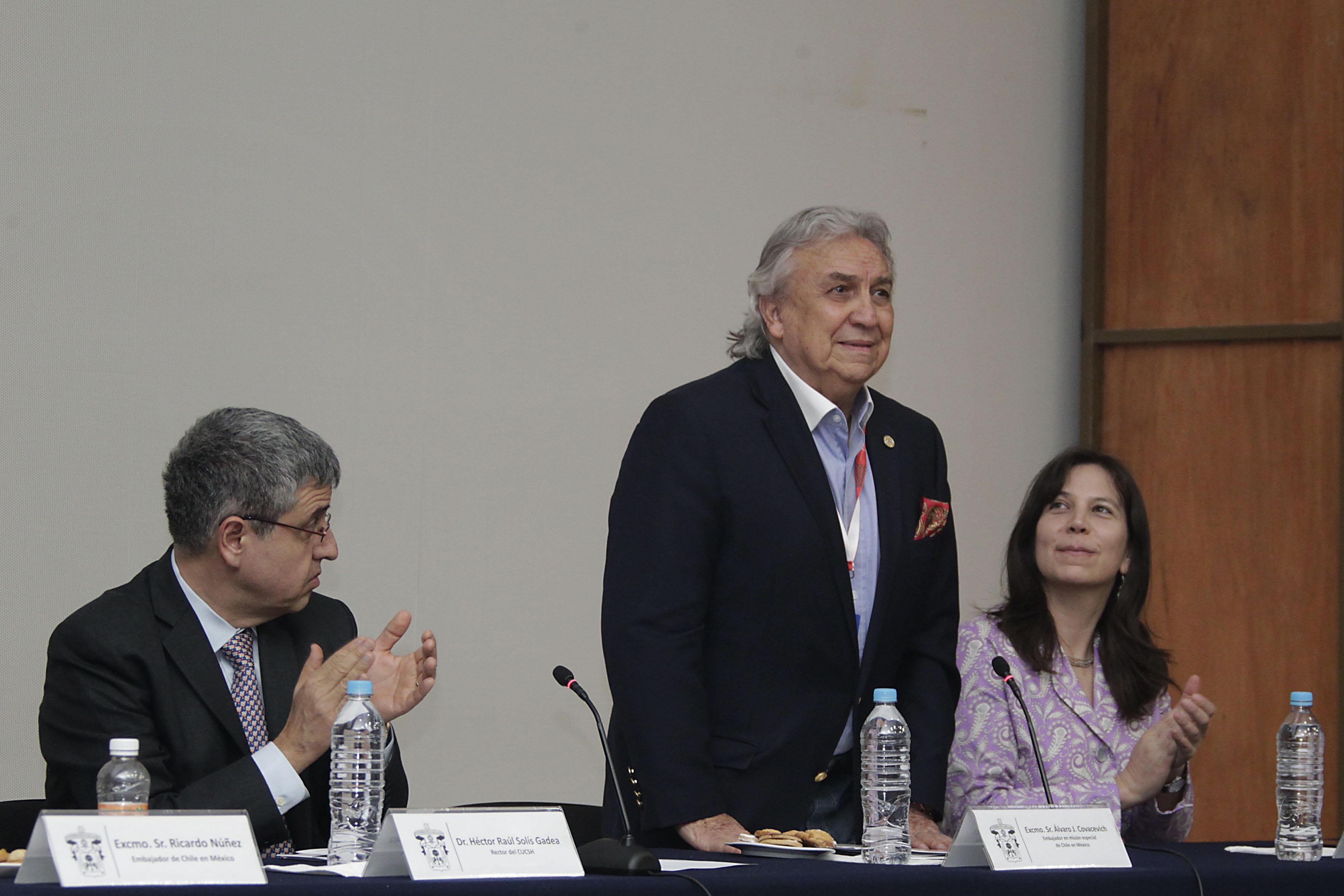 Excmo Sr. Alvaro J. Covacevich saludando