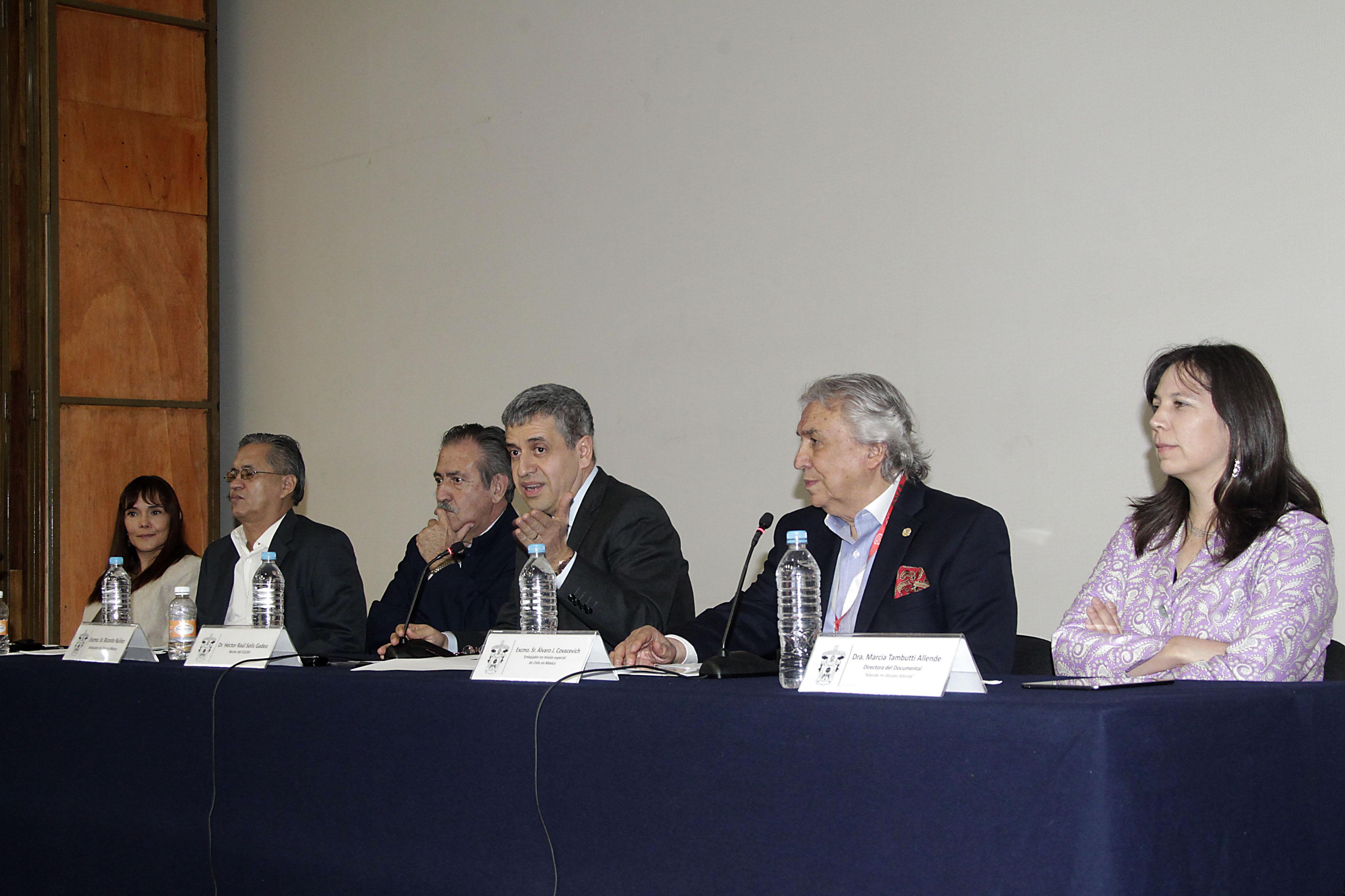 Miembros del presidium en rueda de prensa