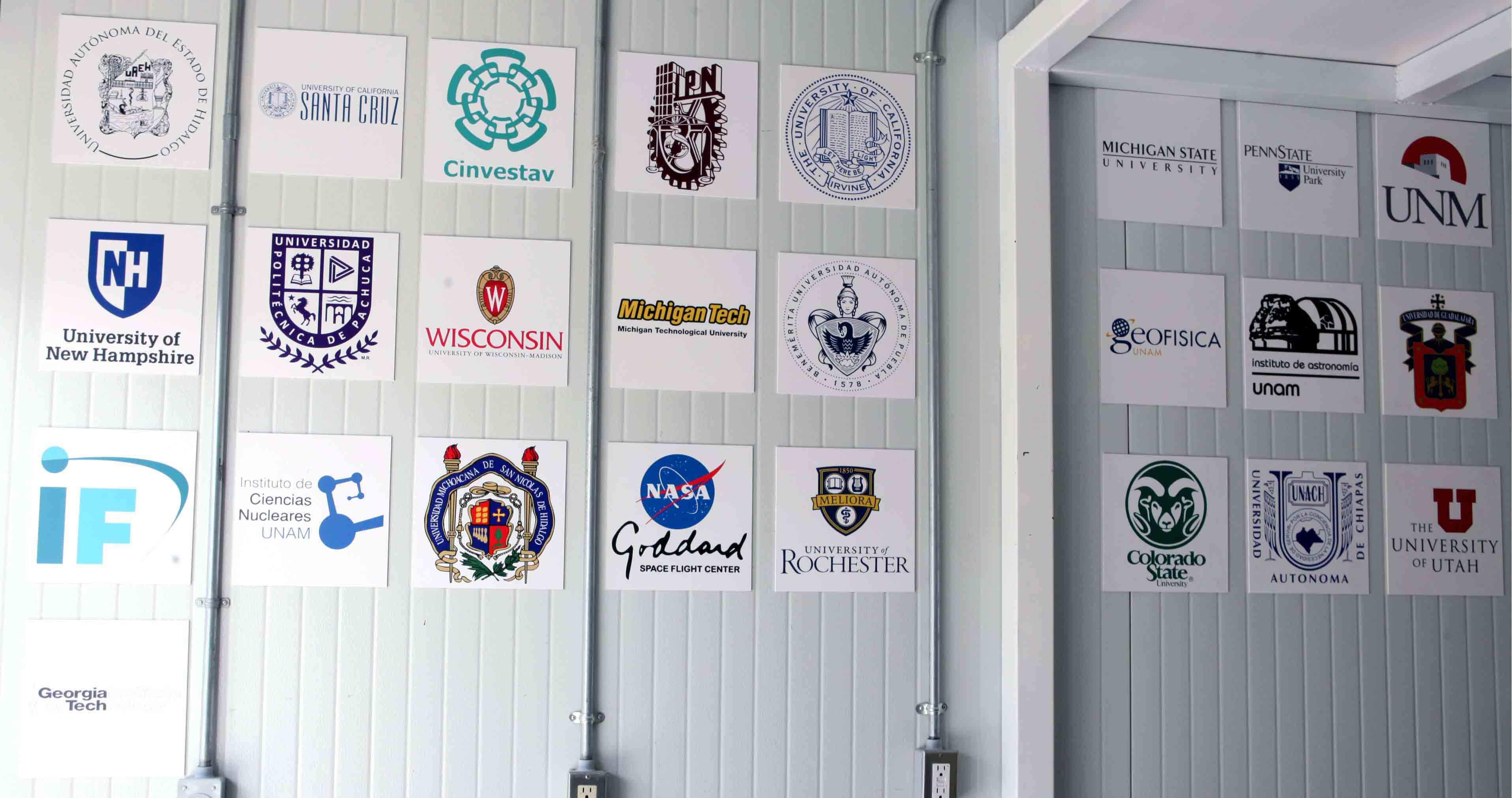 Muro que contiene el logotipo de las instituciones participantes