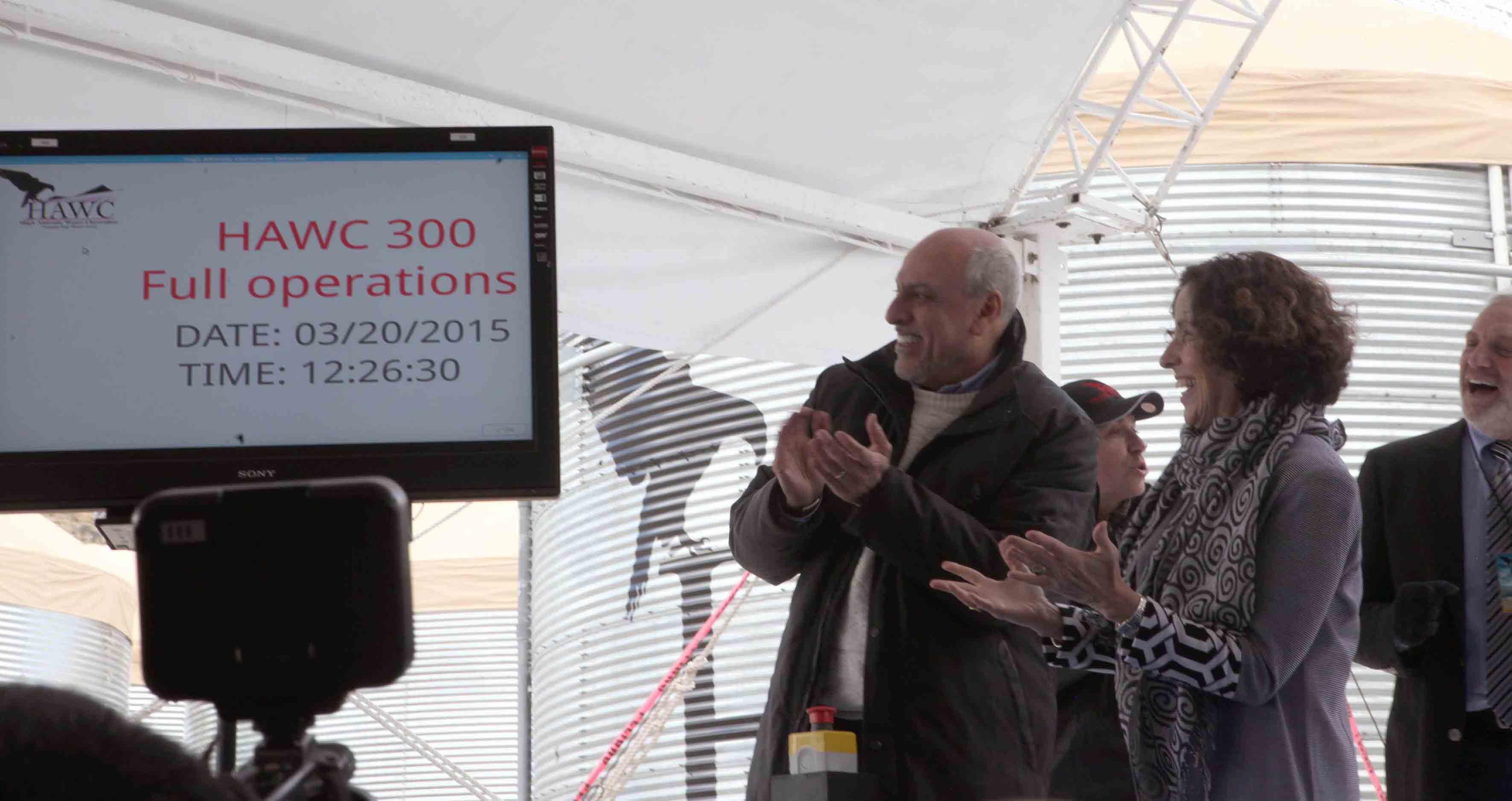 Participantes del evento apunto de  pulsar el boton que abre la ventana mas grande del mundo
