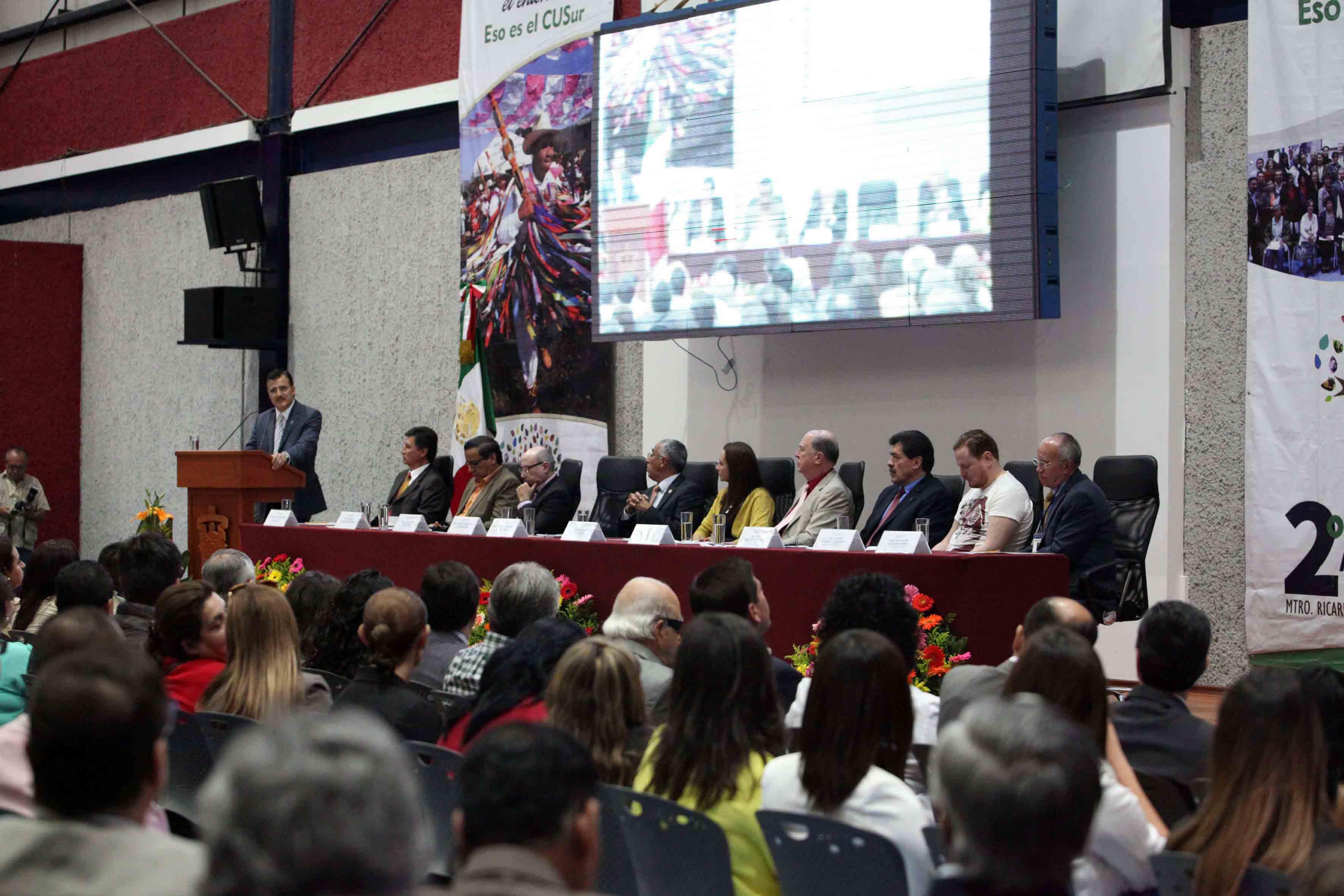 Rector General de la UdeG, maestro Itzcóatl Tonatiuh Bravo Padilla, en segundo informe de actividades del maestro Ricardo Xicoténcatl García Cauzor, Rector del CUSur y autoridades universitarias del centro.