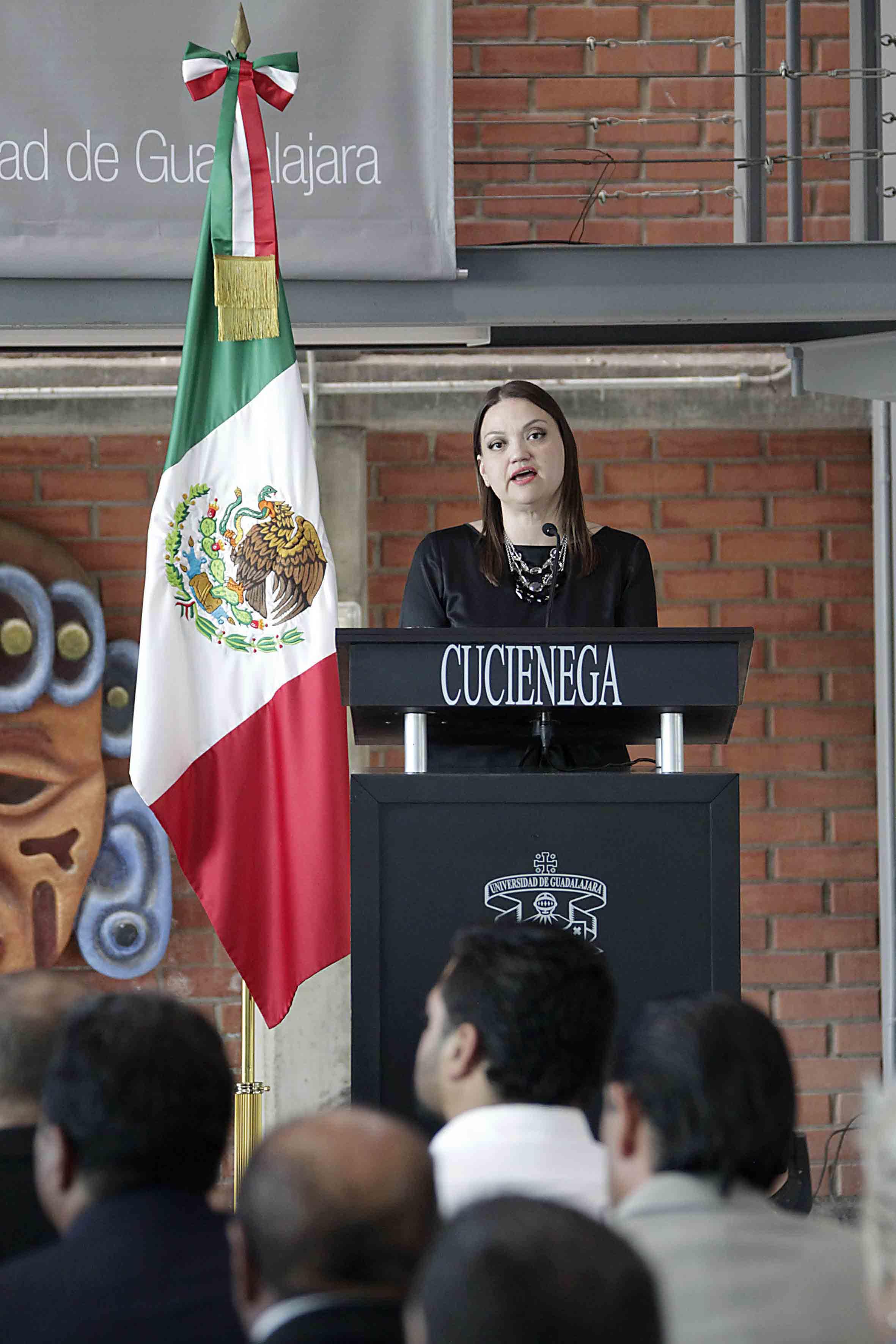 Toma del podium de la Rectora del CUCiénega, durante su segundo informe de actividades 2014-2015, ante asistentes al mismo.