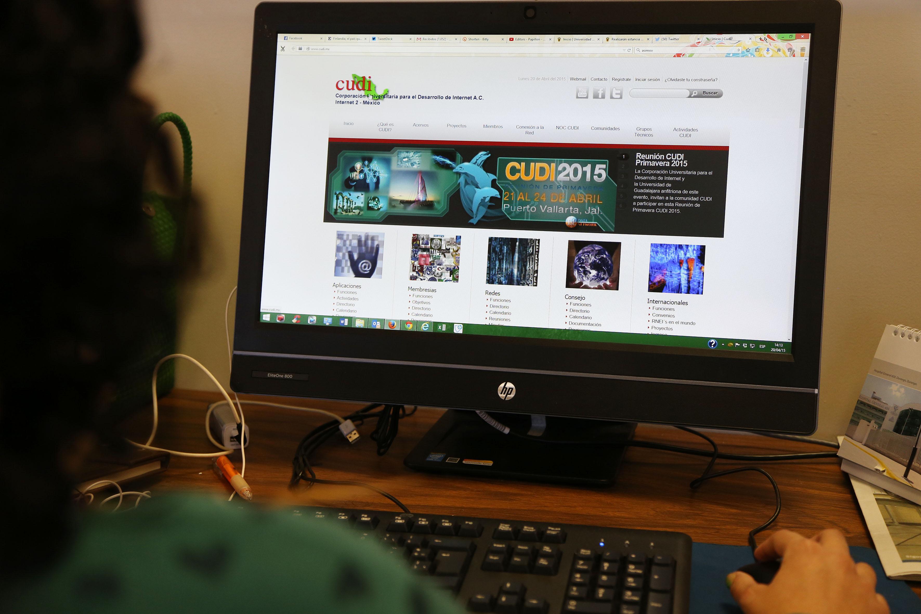 Persona en frente de un monitor