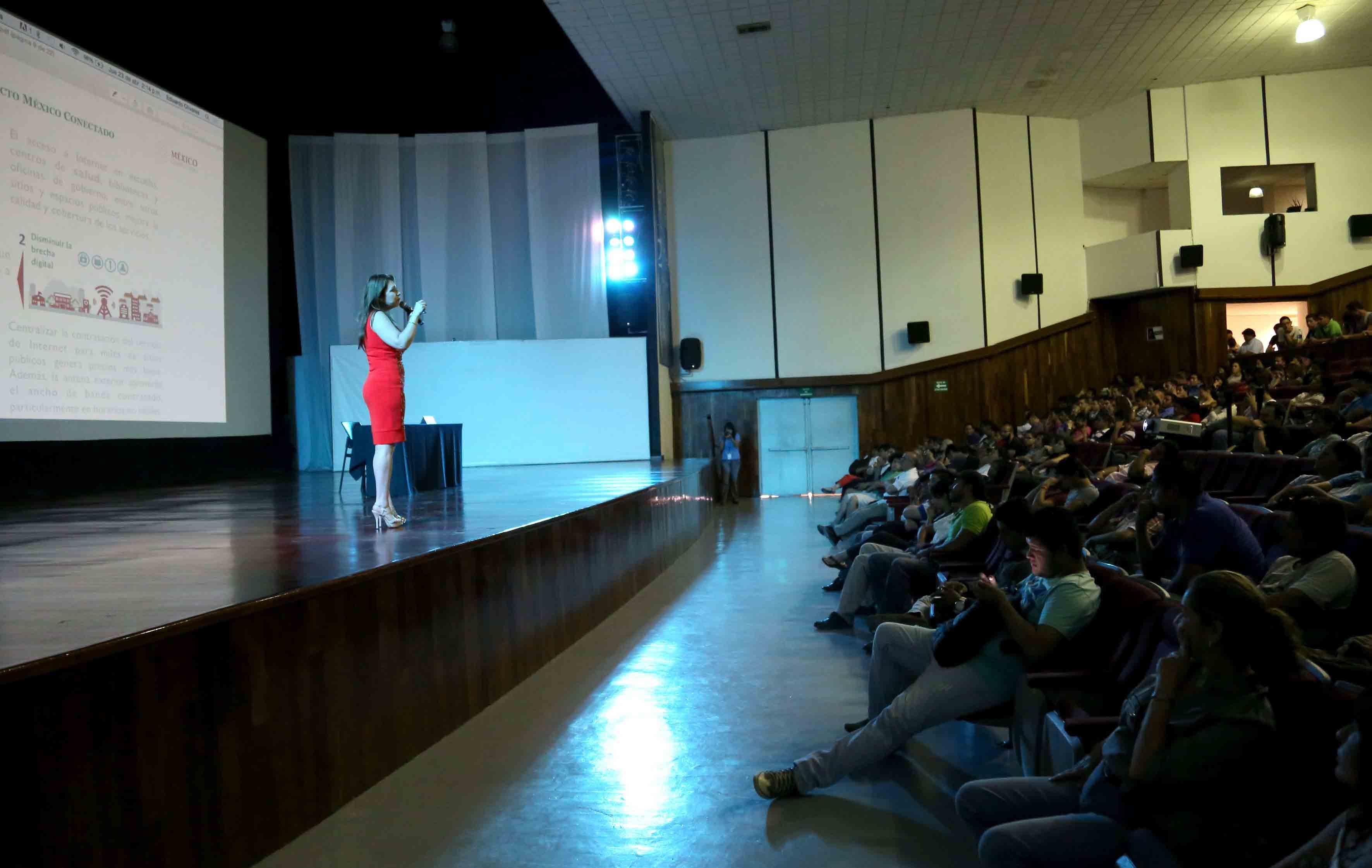 Mtra. Carmen Rodríguez Armenta y público asistente a la semana de Ingenieras en el CUCosta