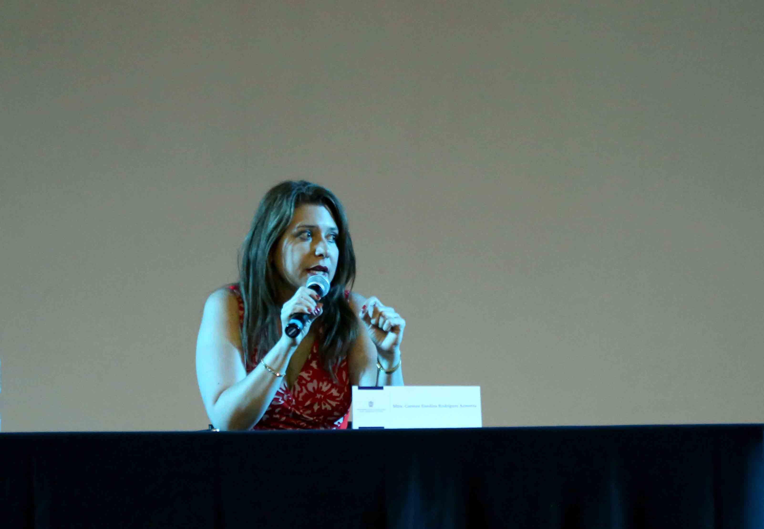 Mtra. Carmen Rodríguez Armenta, hablando frente al microfono