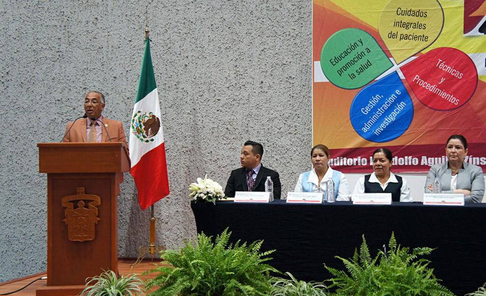 Dr. Ricardo Xicoténcatl García Cauzor, Rector del CUSur, hablando frente a microfono