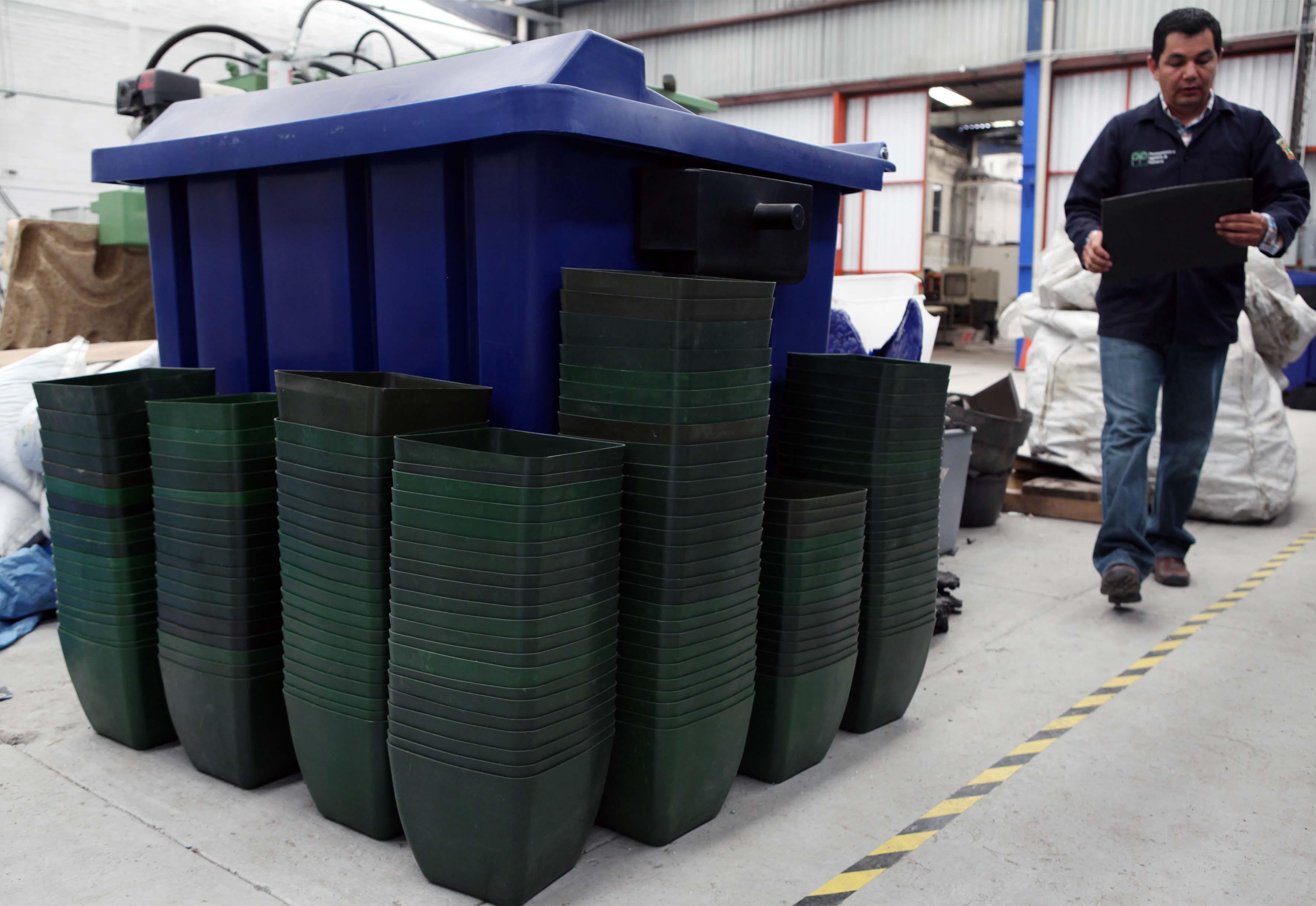 Recipientes de basura y macetas de plastico