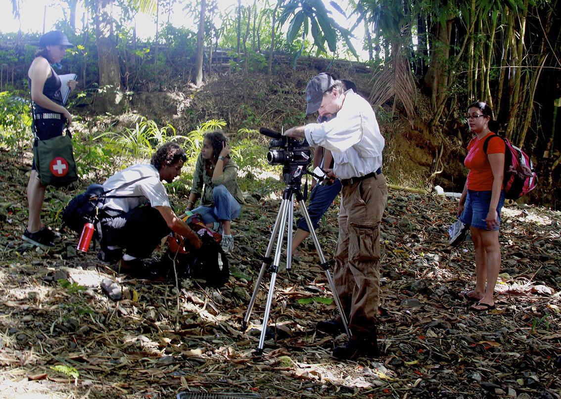 Camarografo tomando vídeo en un área natural