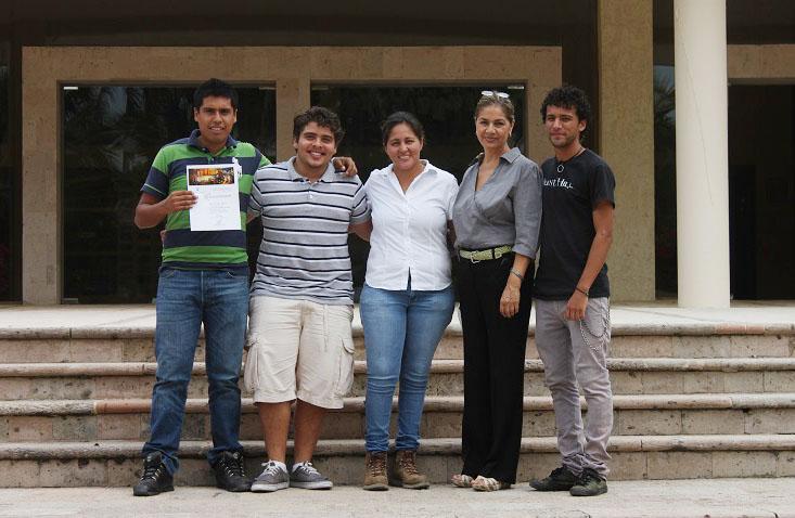 5 alumnos y uno de ellos con reconocimiento en sus manos