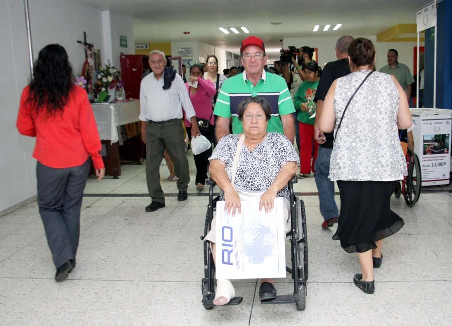 Usuarios del Nuevo Hospital Civil de Guadalajara en la entrada principal del nosocomio.
