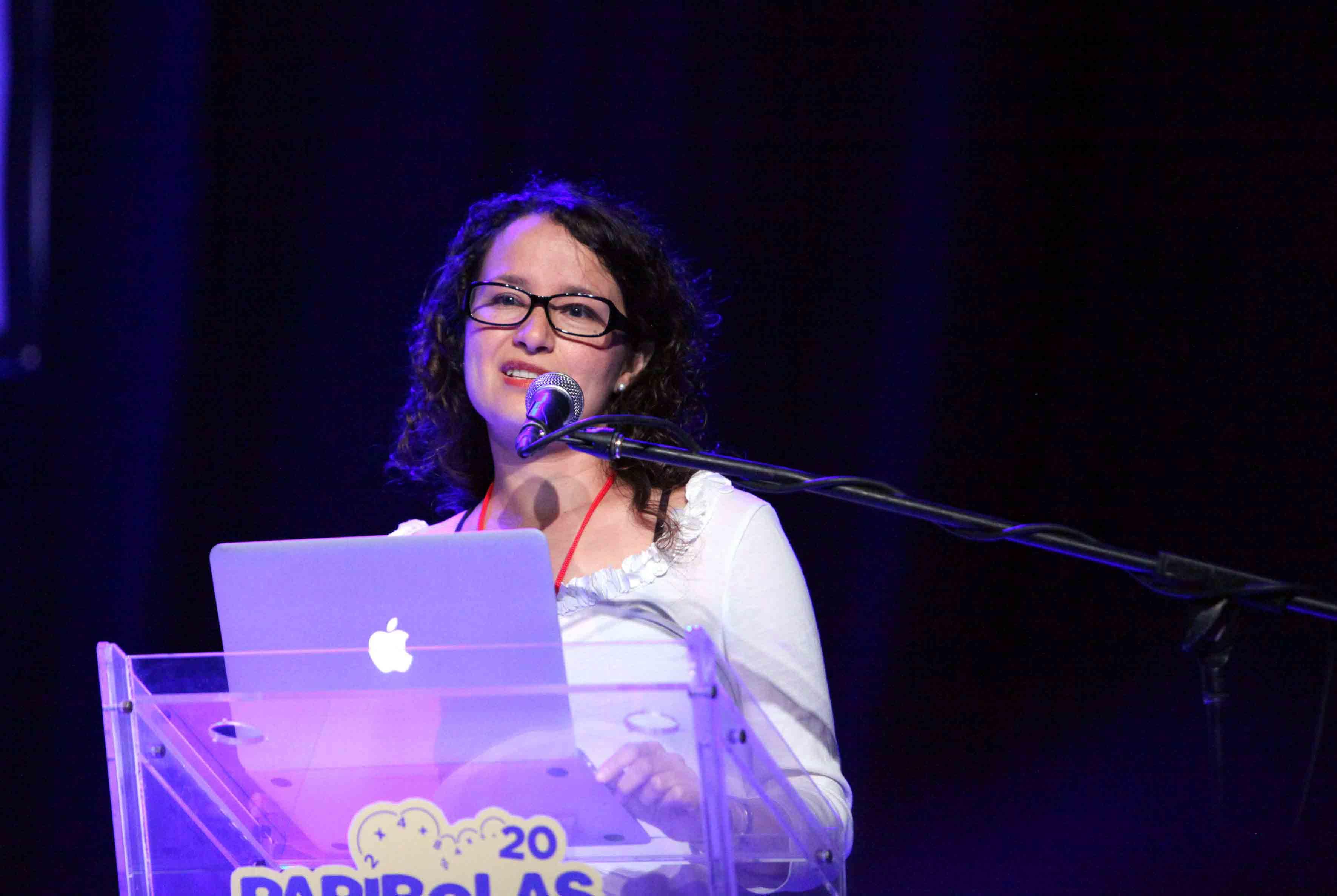 Mujer frente el microfono