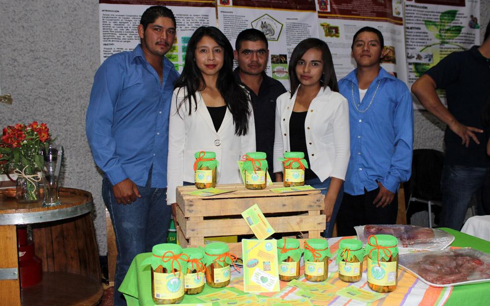 Alumnos mostrando productos en la expo agronegocios