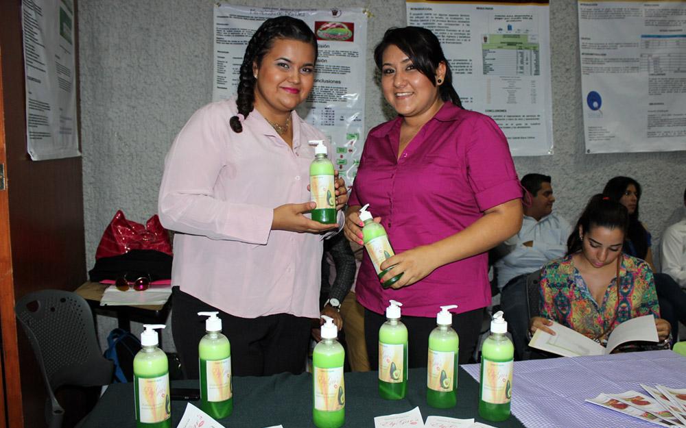 Alumnas mostrando productos en la Expo agronegocios.
