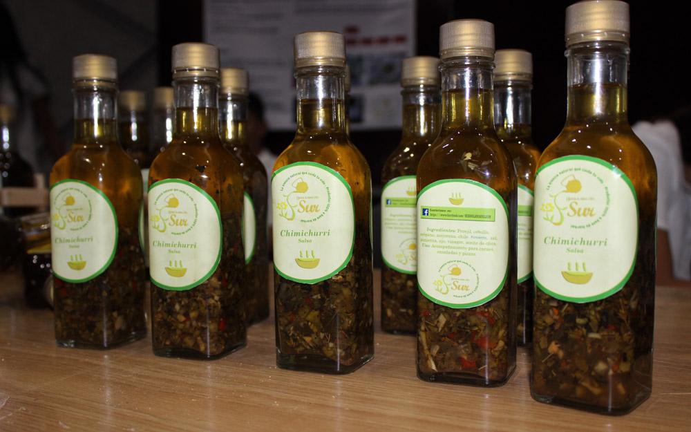 Botellas de salsa chimichurri