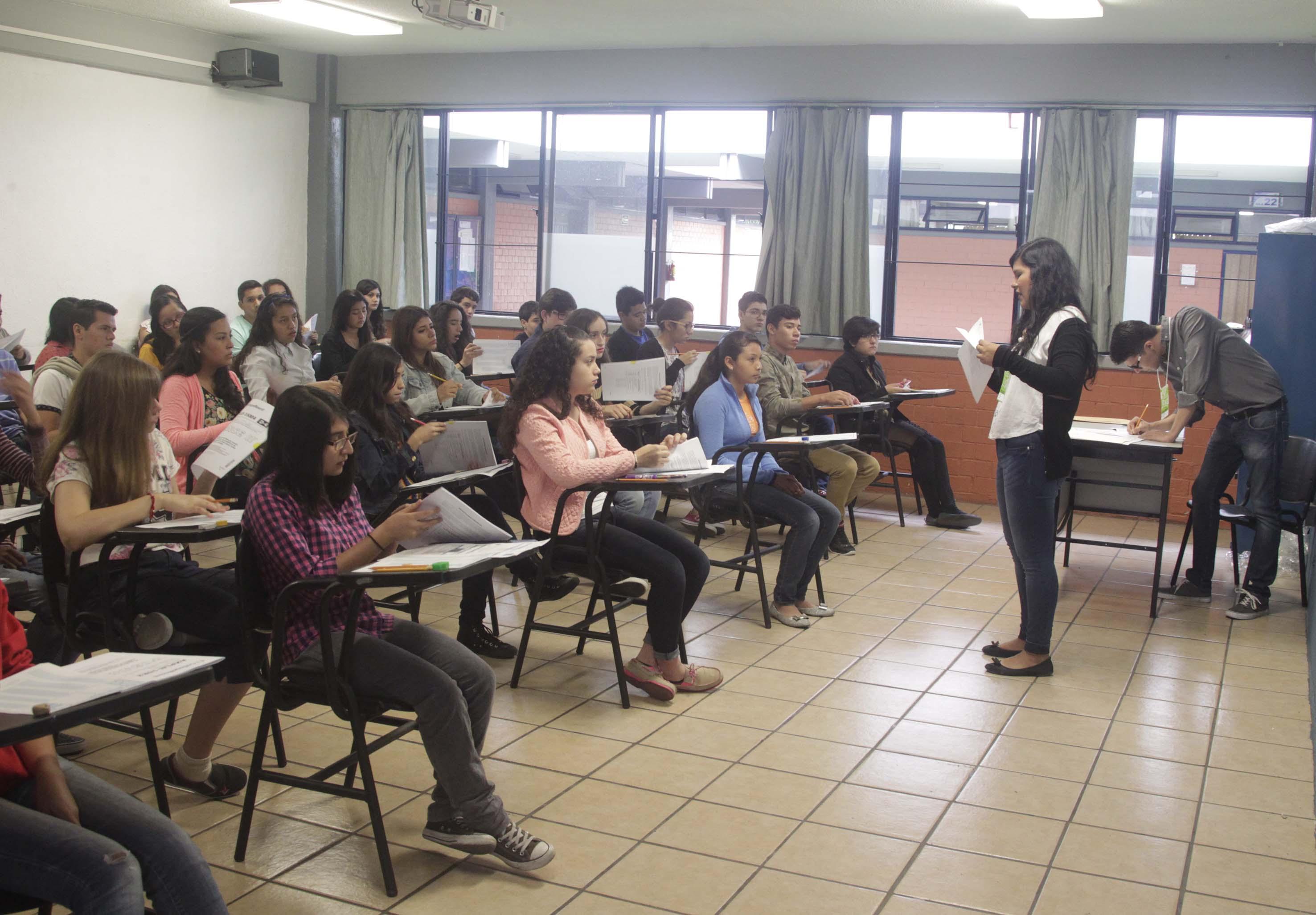 Alumnos en aula de aplicación de examen de admisión