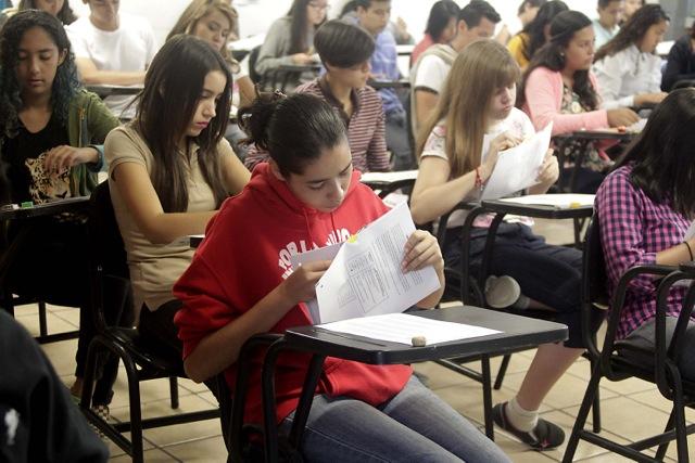 Estudiantes realizando la prueba de aptitud para admisión a bachillerato