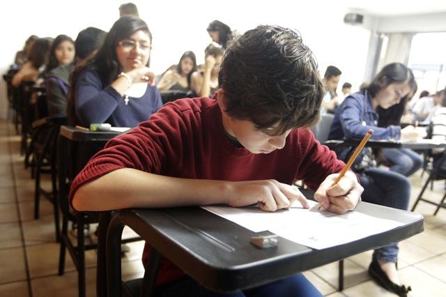 Alumno contestando su examen de admisión