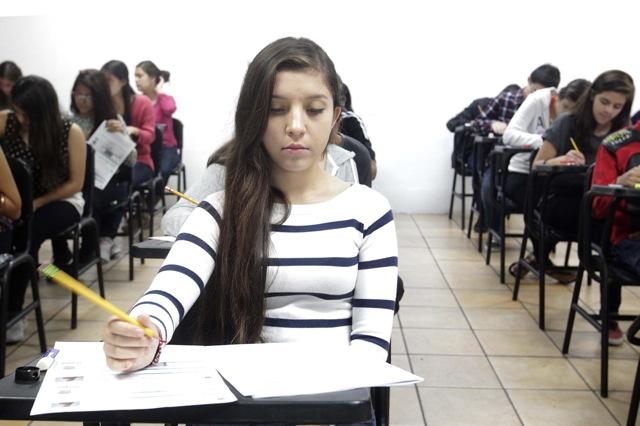 Alumna contestando su examen de admisión