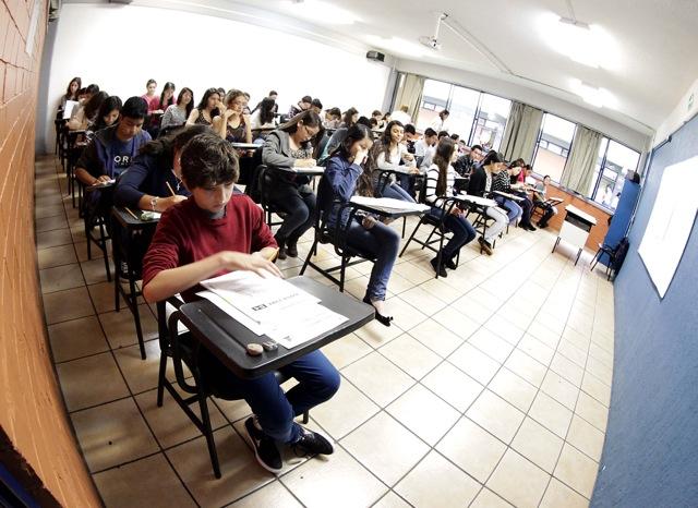 Estudiantes en el aula dando respuesta al examen de admisión