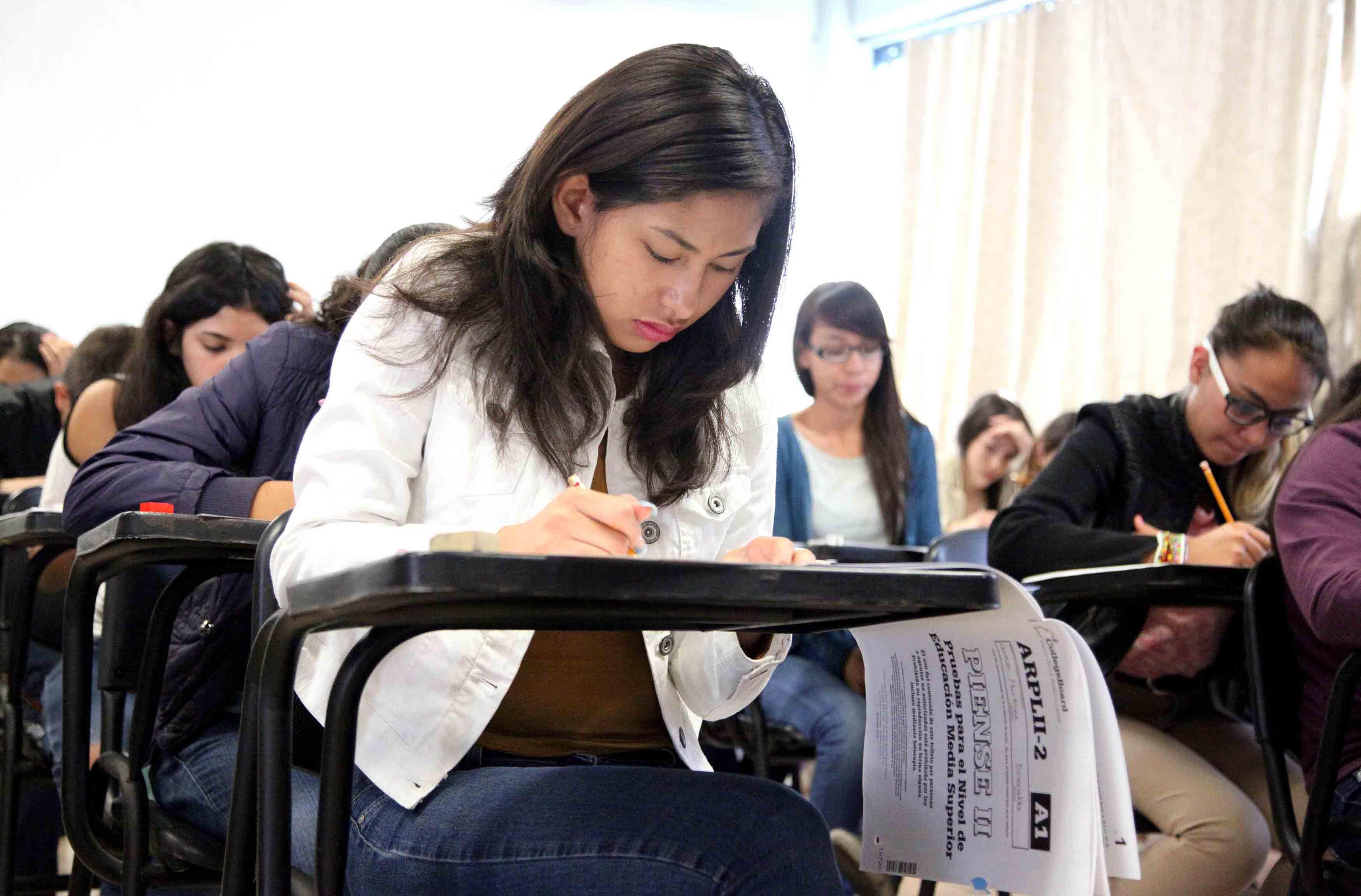 Aspirante a preparatorias de laUniversidad de Guadalajara, realizando examen