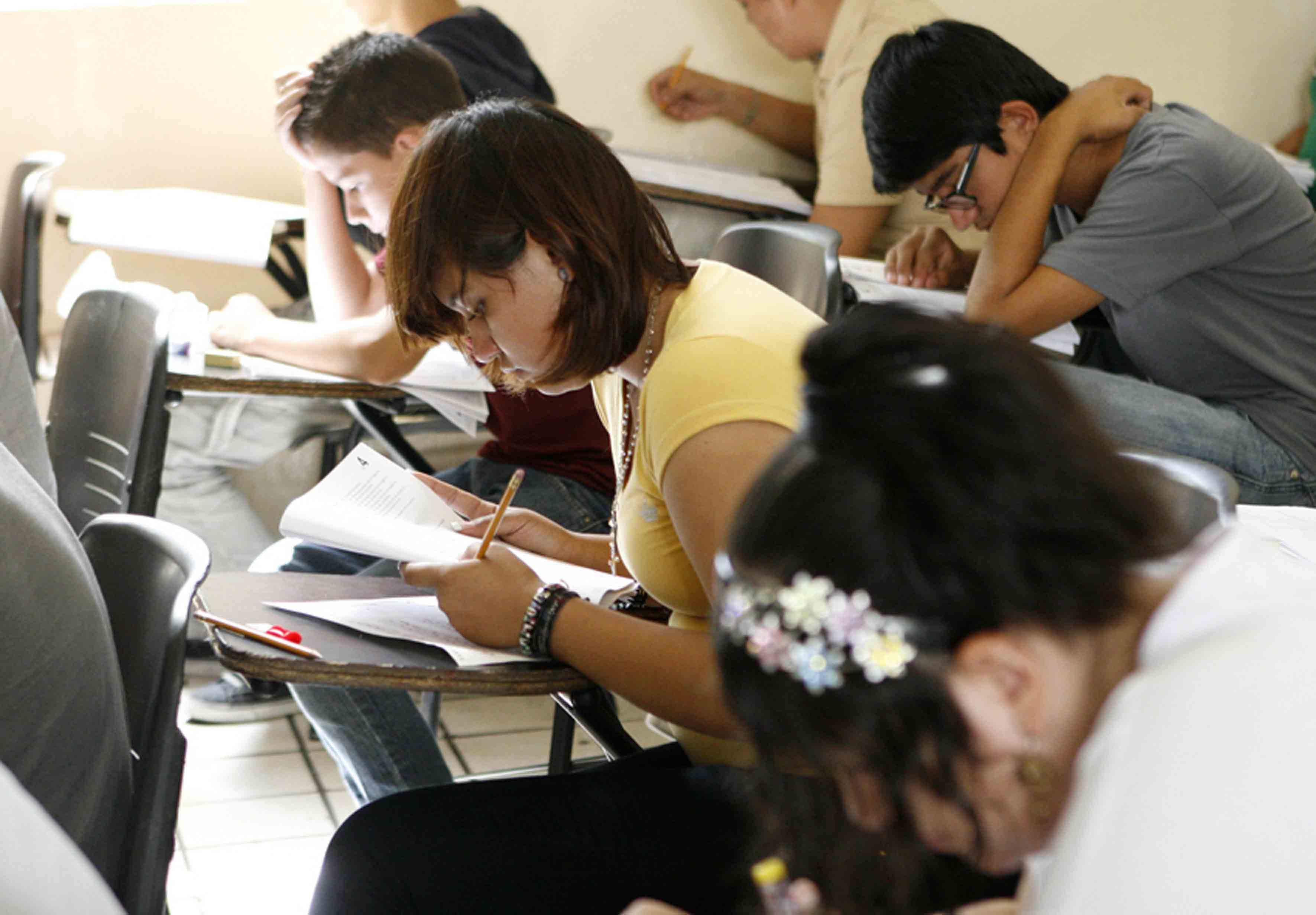 Aspirantes a preparatorias de la Universidad de Guadalajara, realizando examen