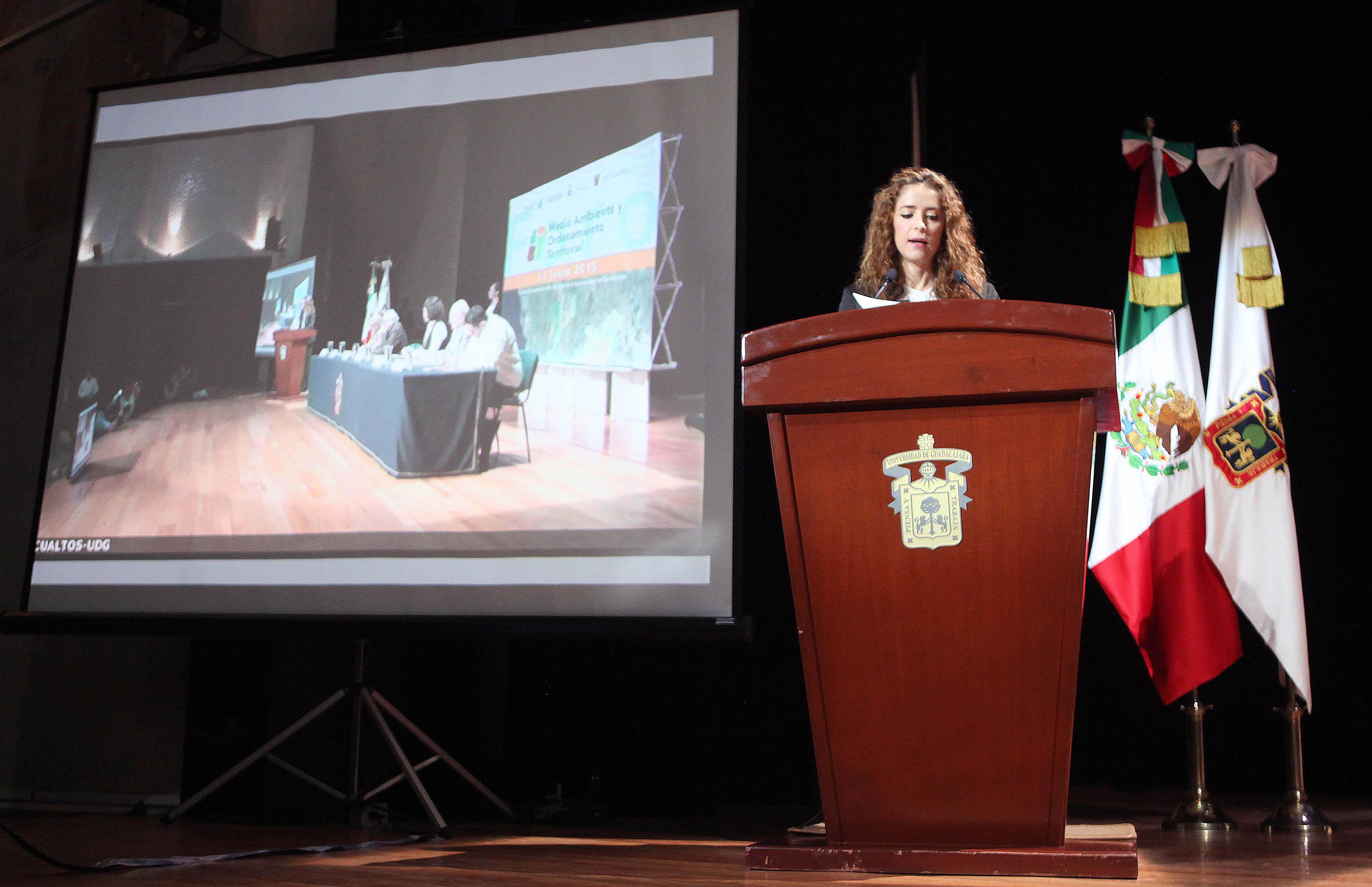Mujer en el podio, participando  en el 1er Foro de Medio Ambiente y Desarrollo Territorial