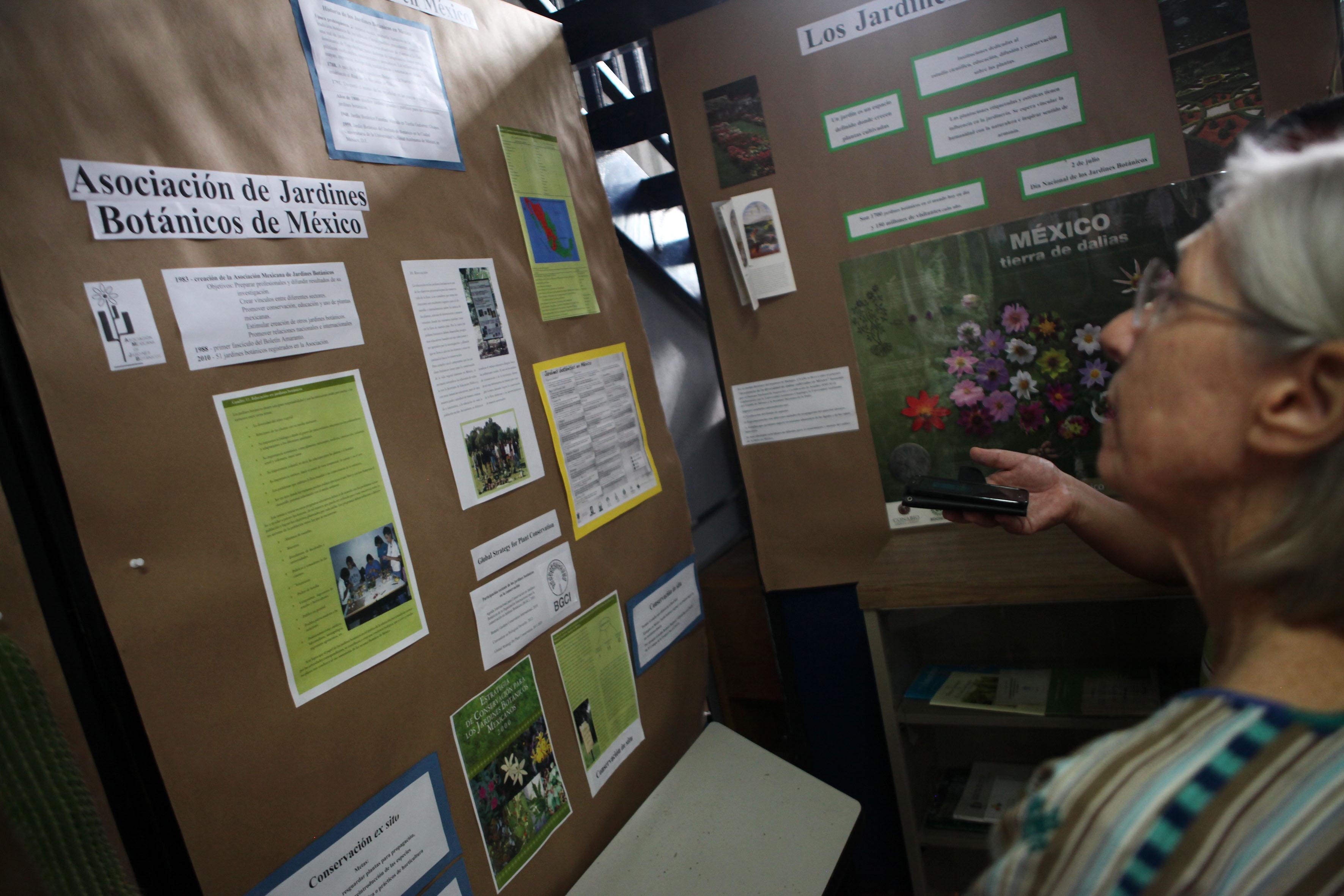 Pared con diferentes carteles informativos sobre los jardines botánicos en las exposiciones en botánica y conservación biológica