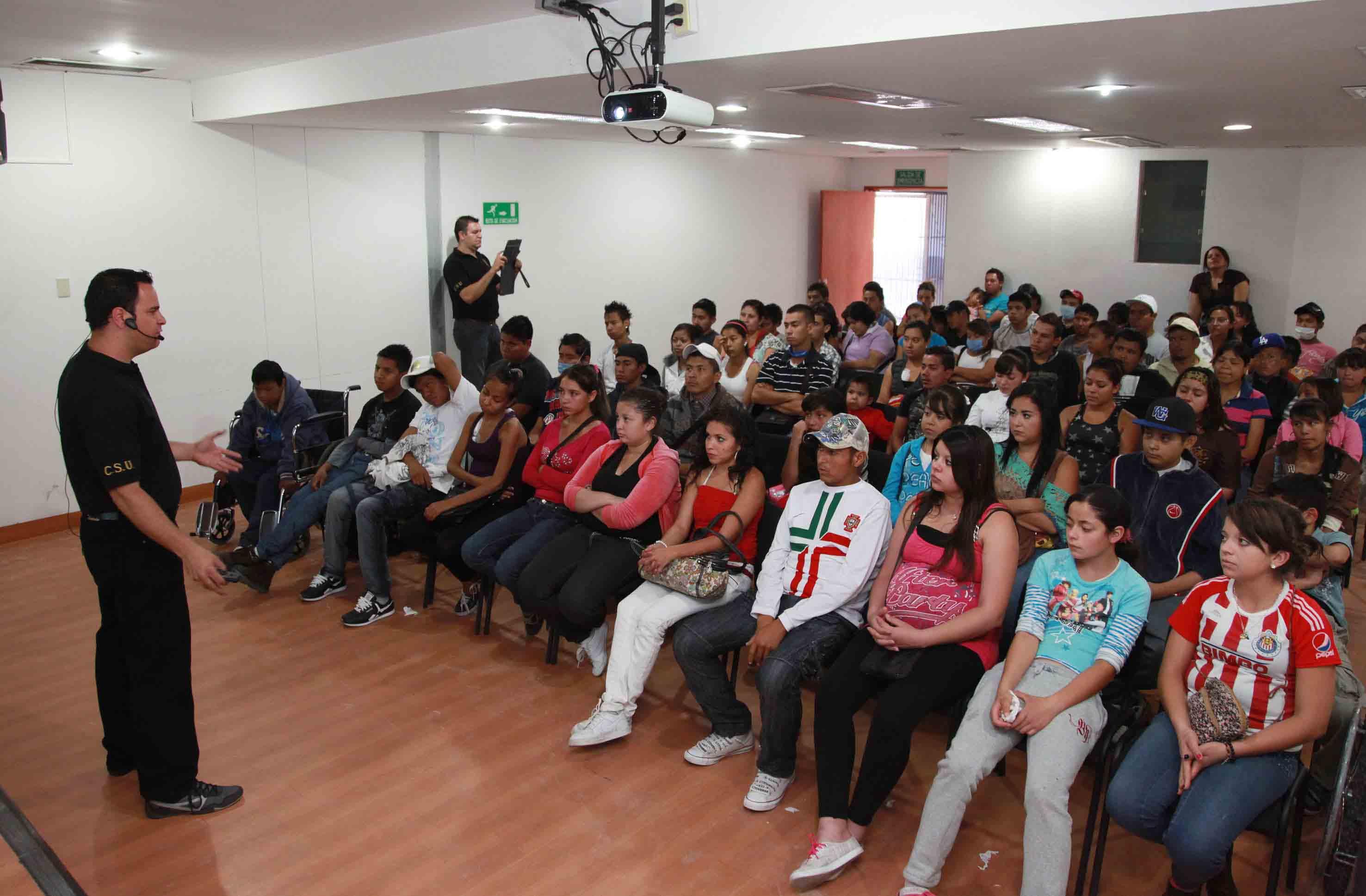 """Alumnos del SEMS, participando en un taller de """"Universidad Segura"""""""