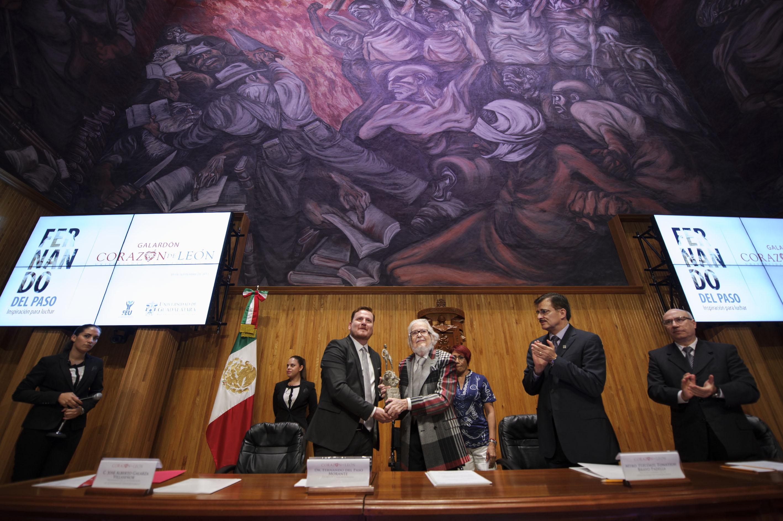 """Ceremonia de entrega del galardón """"Corazón de León"""" a  Fernando del Paso"""