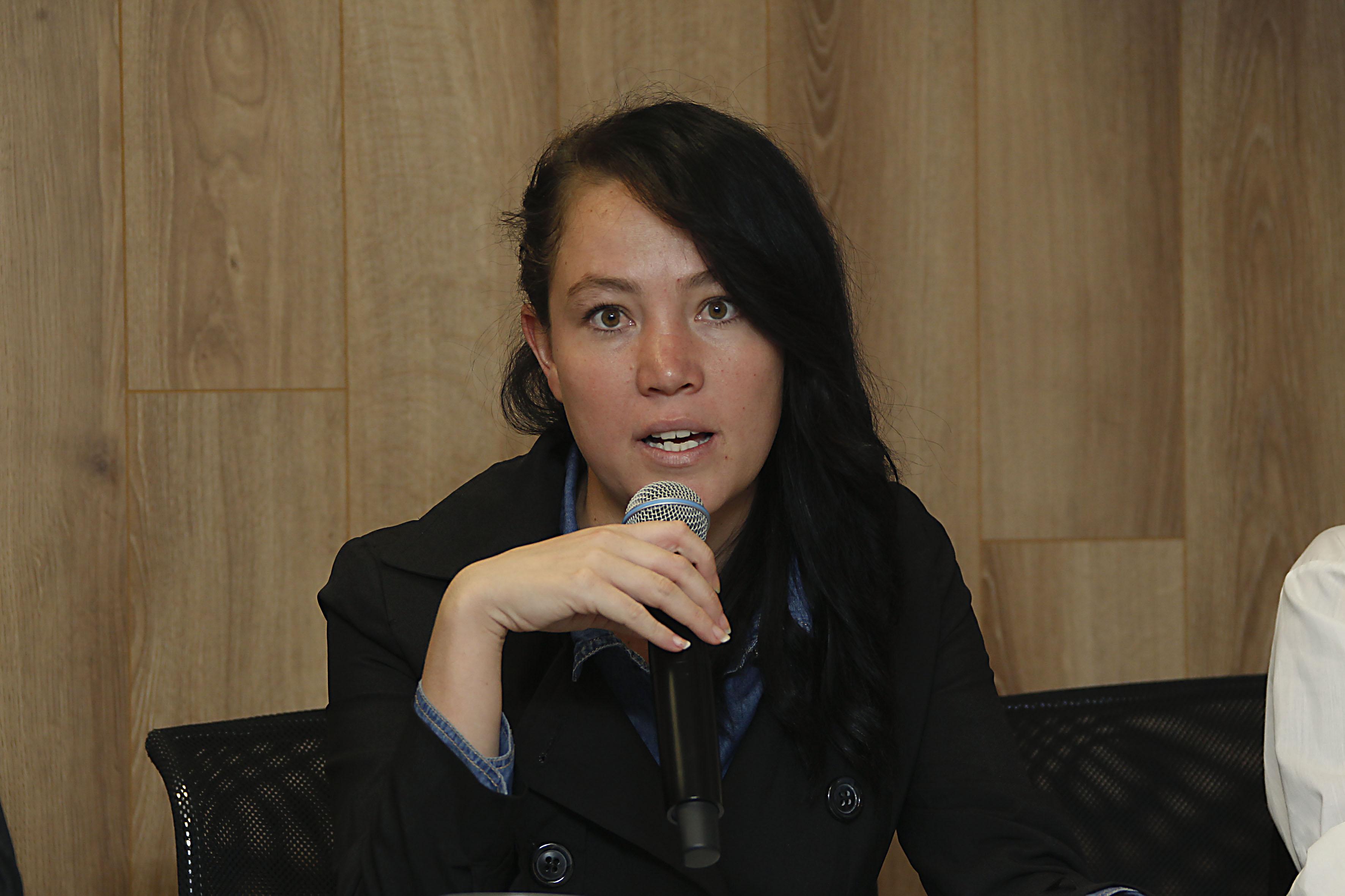 Lic. Sara Leos Andrade haciendo uso de la voz, en Festival Cultural Otoño en Lagos