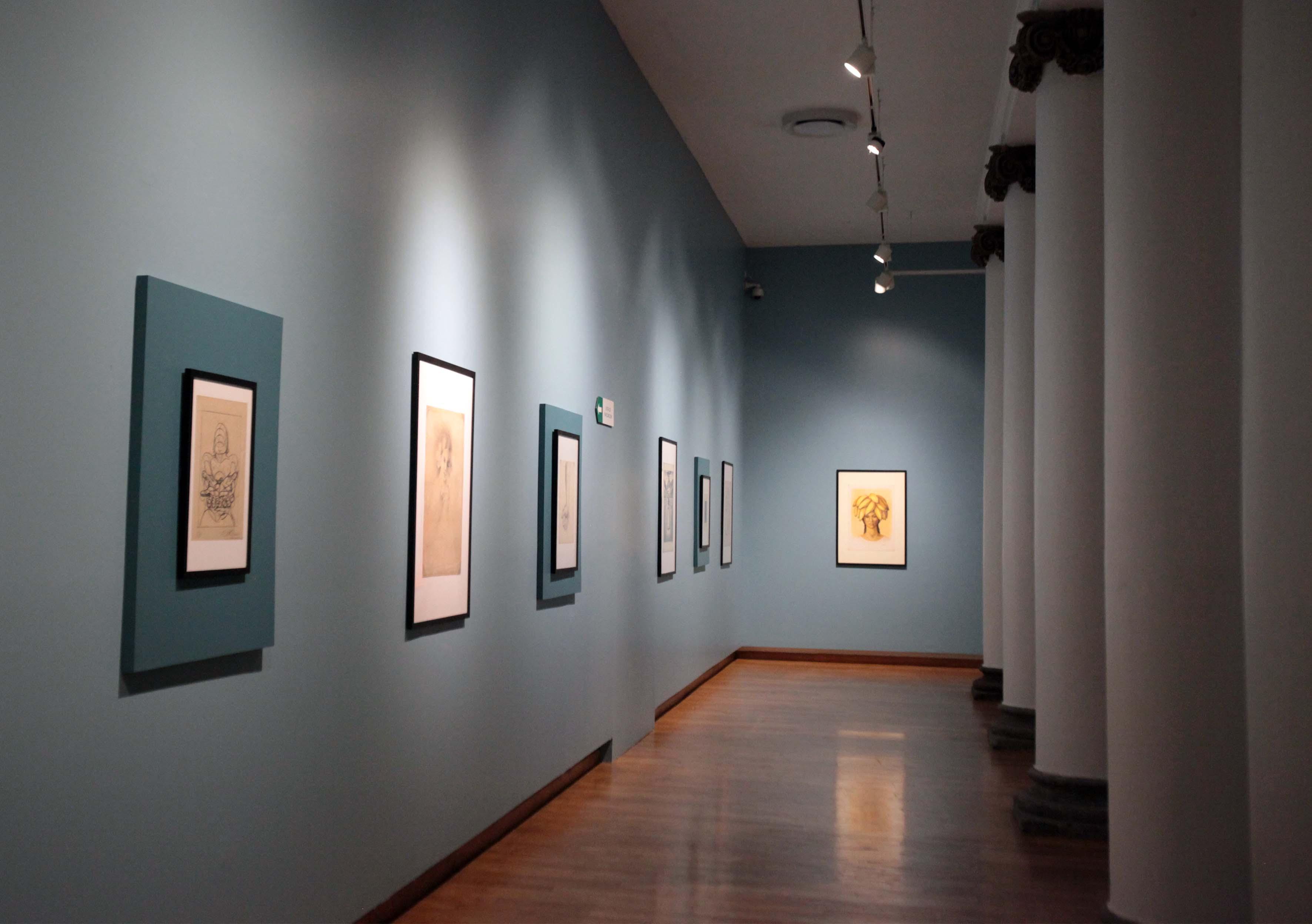 Vista panoramicas de uno de los pasillos del MUSA, donde se expone parte del patrimonio artisitico unversitario.