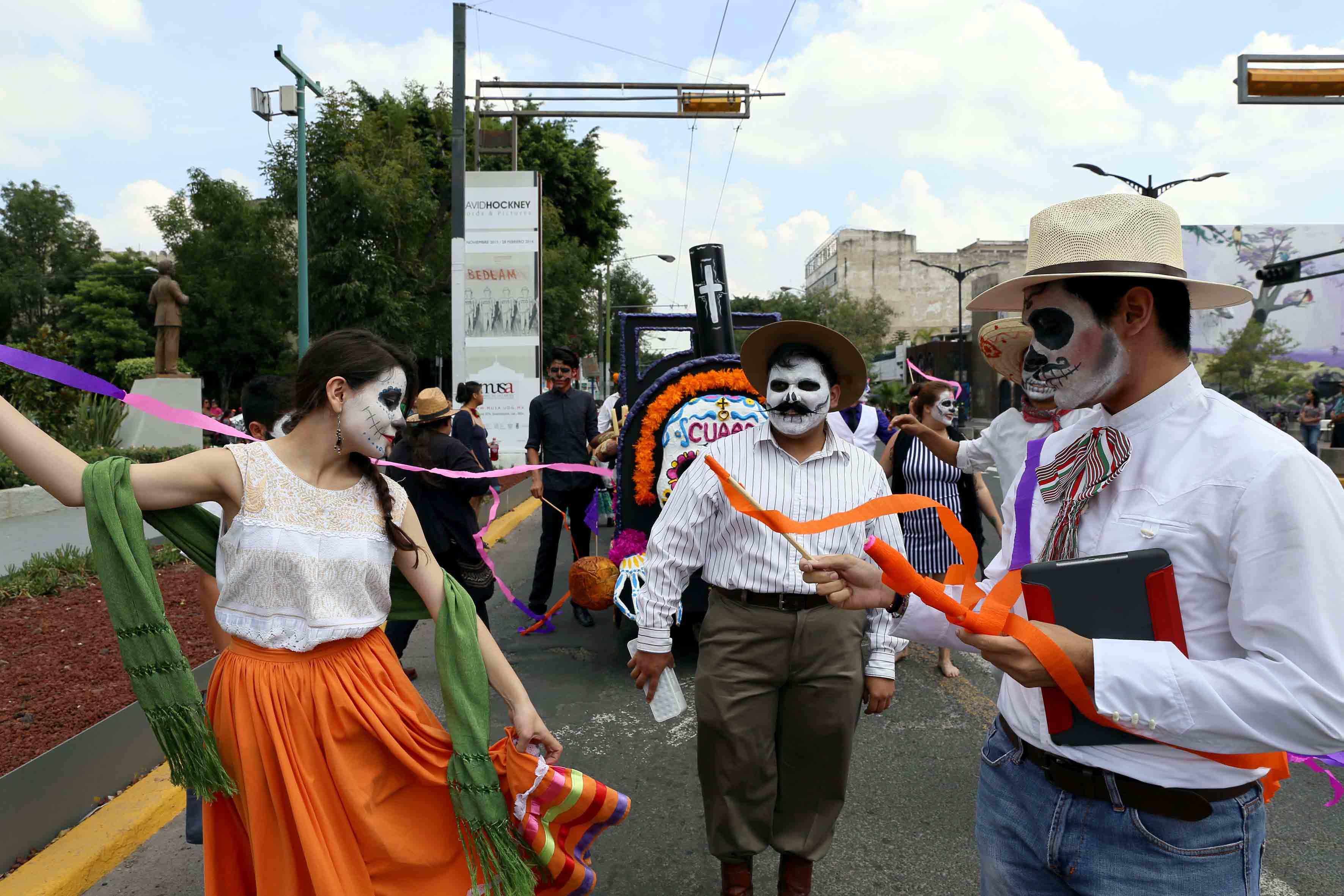 Desfile del Festival de la Muerte, con carro alegórico y estudiantes del CUAAD.