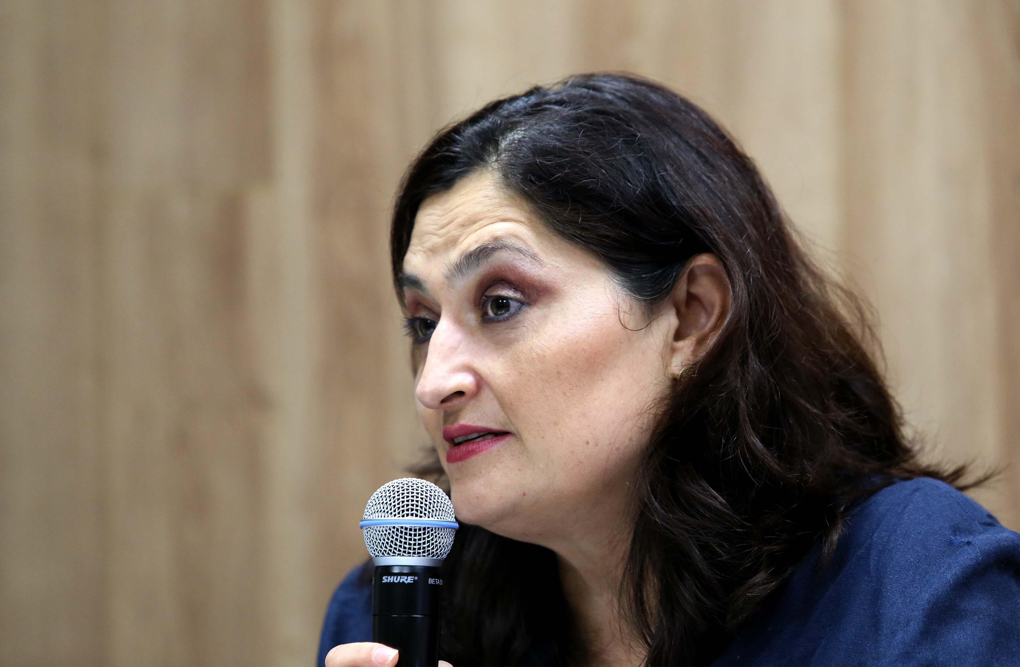 Mtra. Ana Maria de la O hablando frente al micrófono