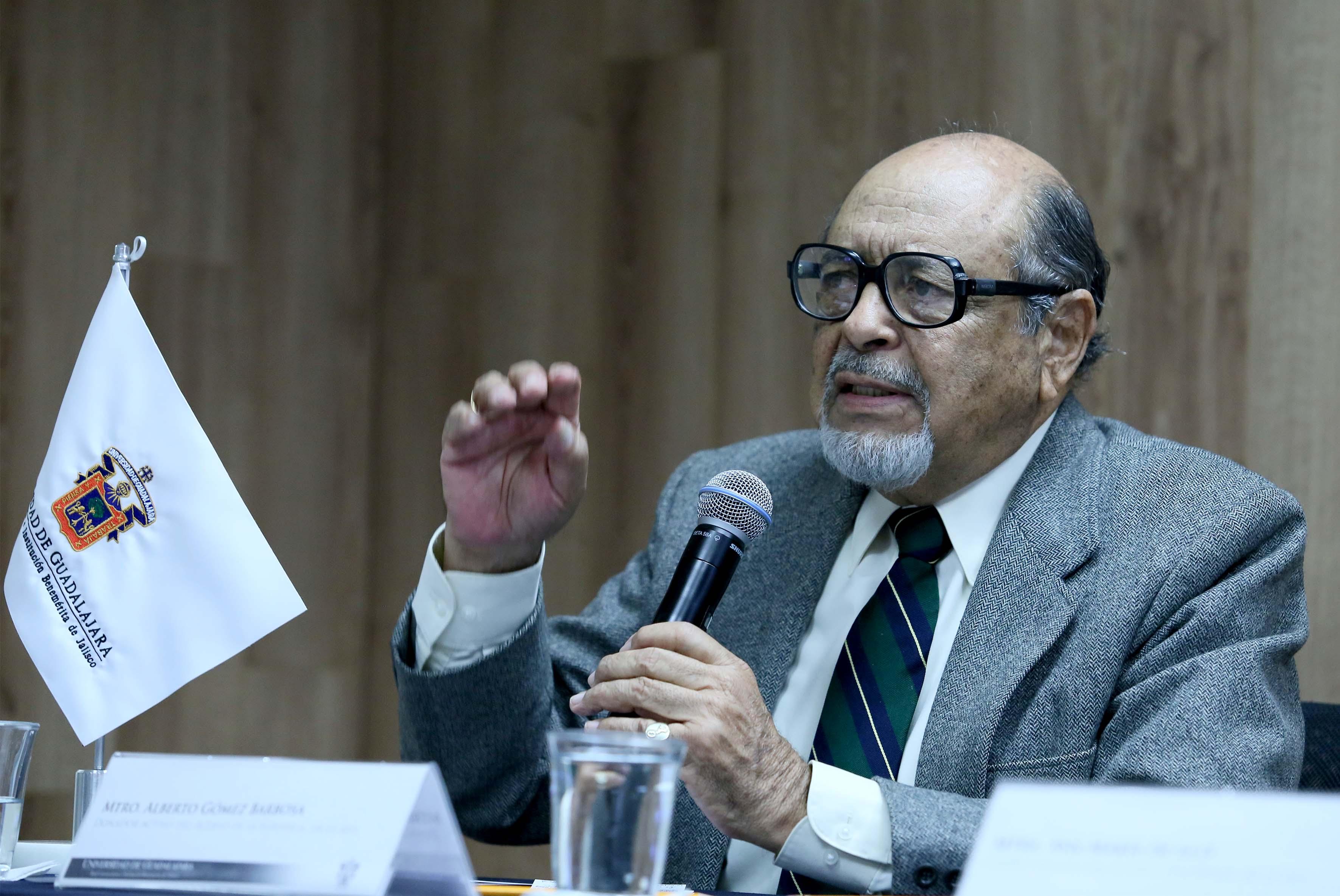 Mtro. Alberto Gómez Barbosa haciendo uso de la palabra