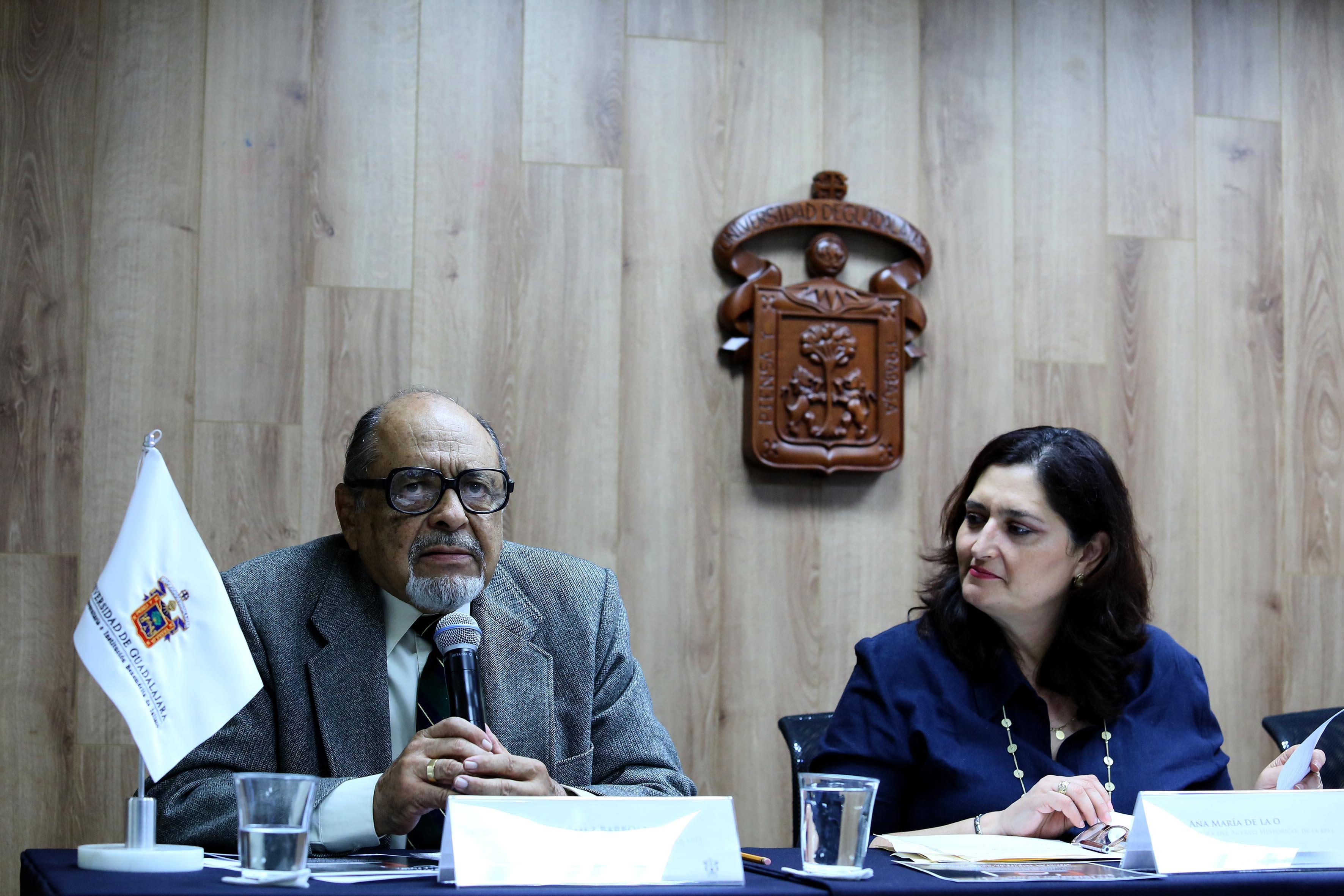 Mtro. Alberto Gómez Barbosa hablando frente al micrófono