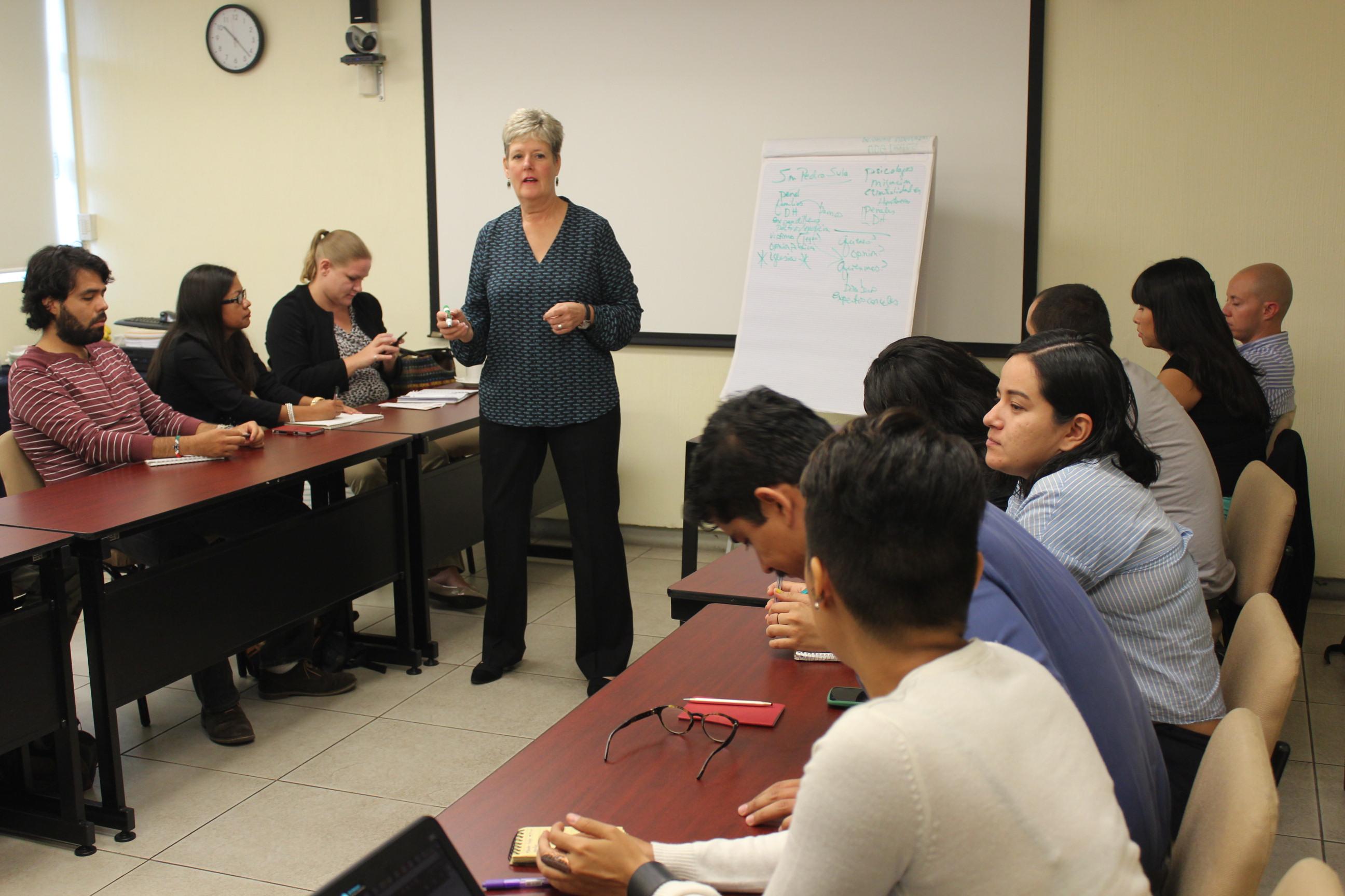Periodista Lynn Walker, impartiendo el curso taller a periodistas.