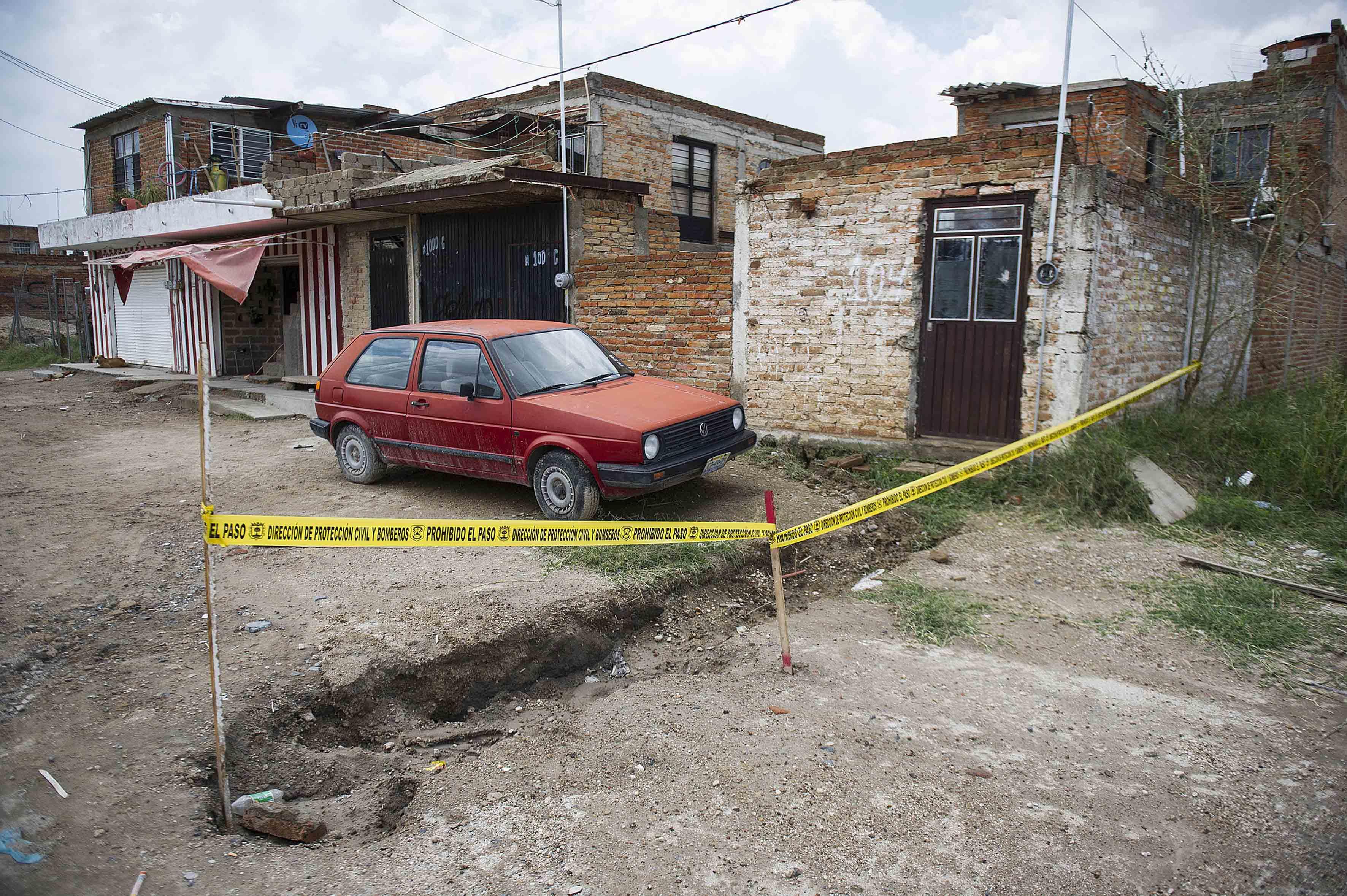 Zona acordonada por Protección Civil y Bomberos a las afueras de zona habitada en nextipac y en donde se percibe una zanja en el mismo.
