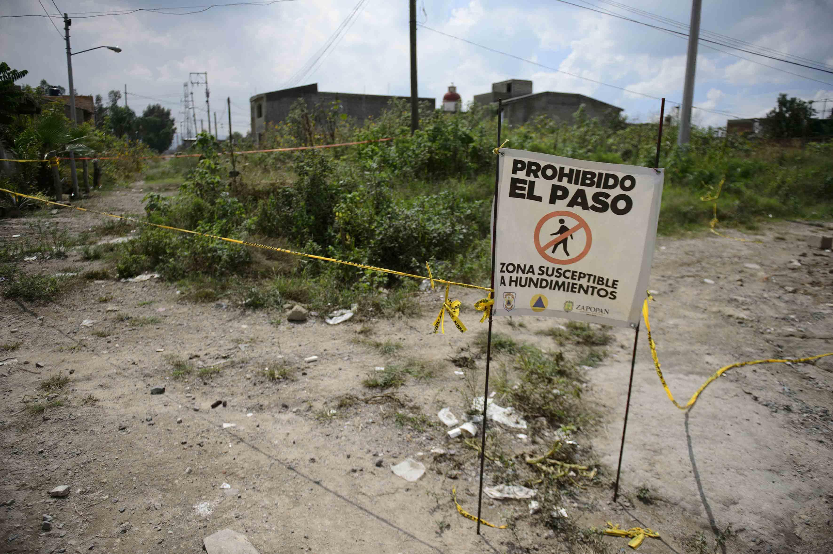 Zona que es acordonada y prohibido el paso en nextipac, por ser suceptible a hundimientos.