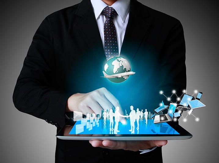 Hombre con Tablet en las manos, con imágenes humanas en tercera dimensión